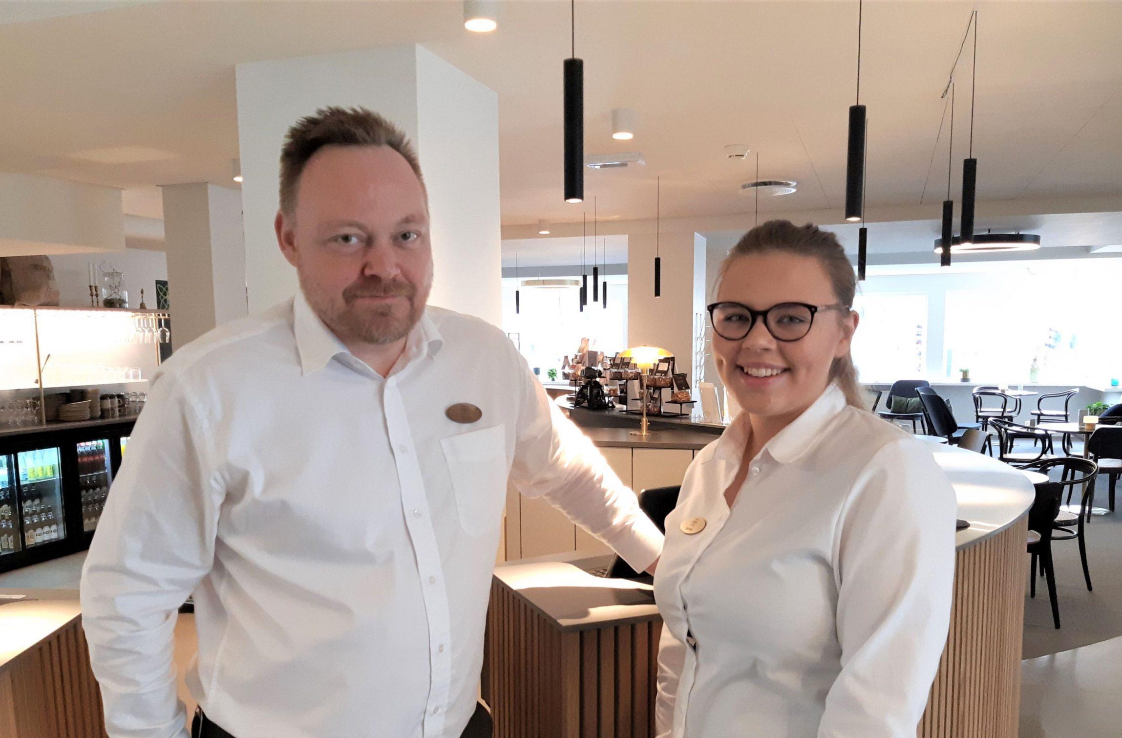 Receptionistchef Brian Kobbersmed og den nye receptionistelev Sarah Kofod Nielsen på Kompas Hotel Aalborg. PR-foto.