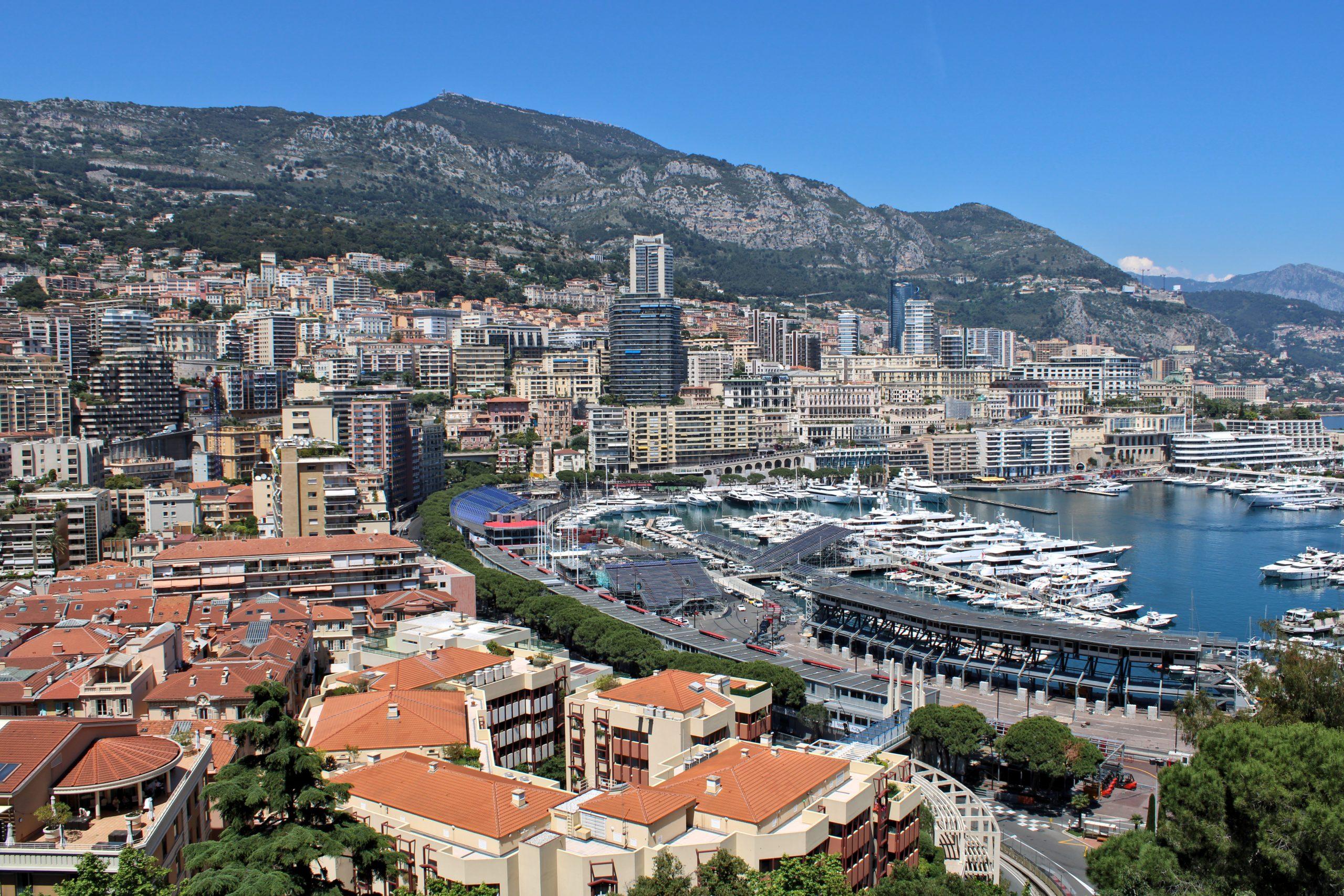 Smittetrykket er blevet for højt i Monaco, som derfor nu har orange i de danske rejsevejledninger. Det samme har Finland og Slovenien også fra i dag, torsdag, men af andre årsager. Wikipediafoto: Alexander Migl.