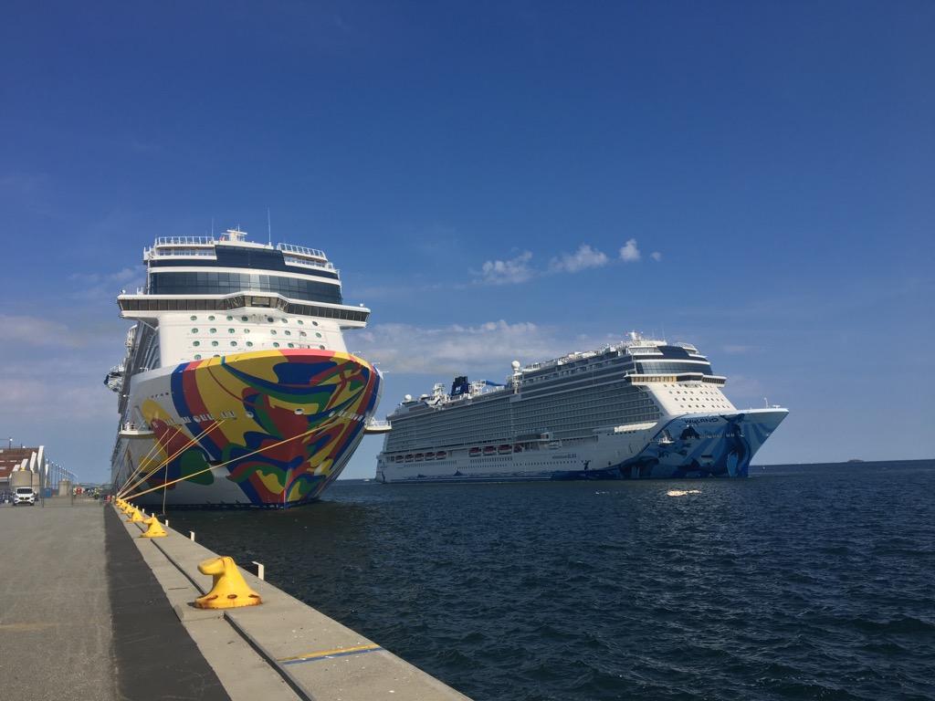 De to store skibe i Københavns Havn onsdag eftermiddag. Foto: Pernille Marcussen, Blue Water Shipping.