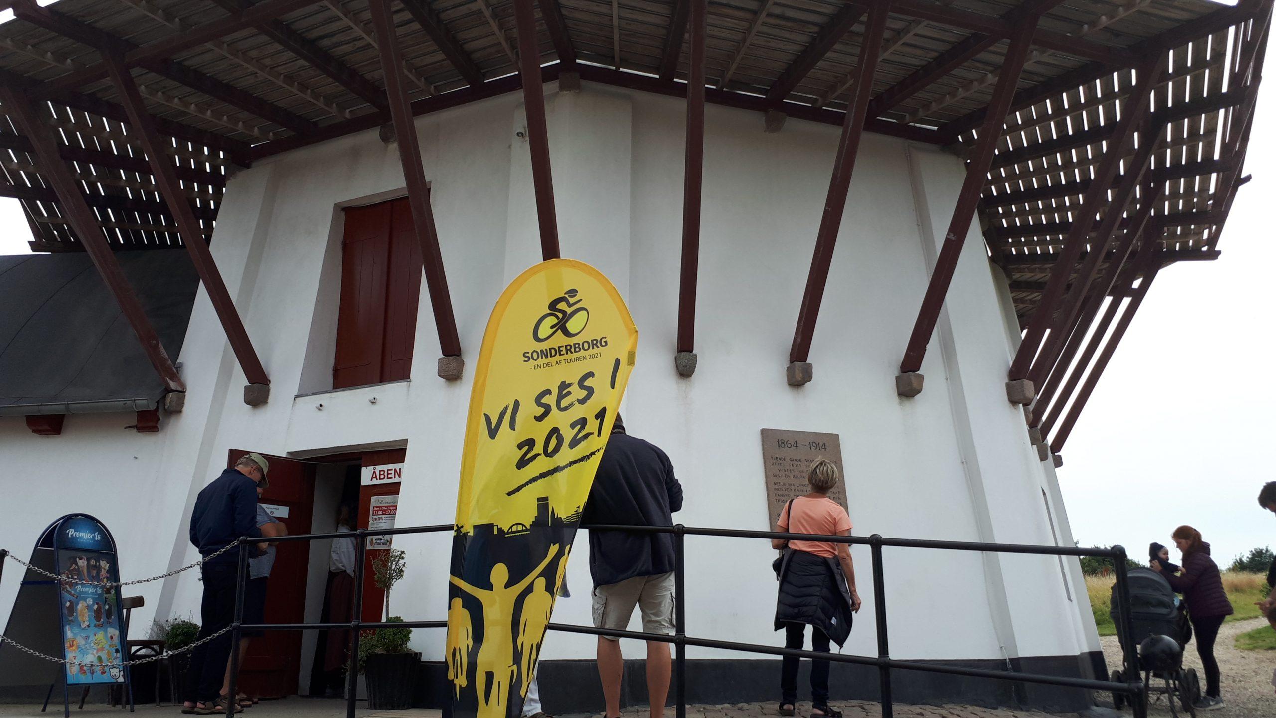 Reklamebanner ved Dybbøl Mølle i juli i år, banneret skal nu opdateres med årstallet 2022. Tour de France-feltet passerer Dybbøl Mølle på cykelløbets sidste dag i Danmark. Foto: Henrik Baumgarten.