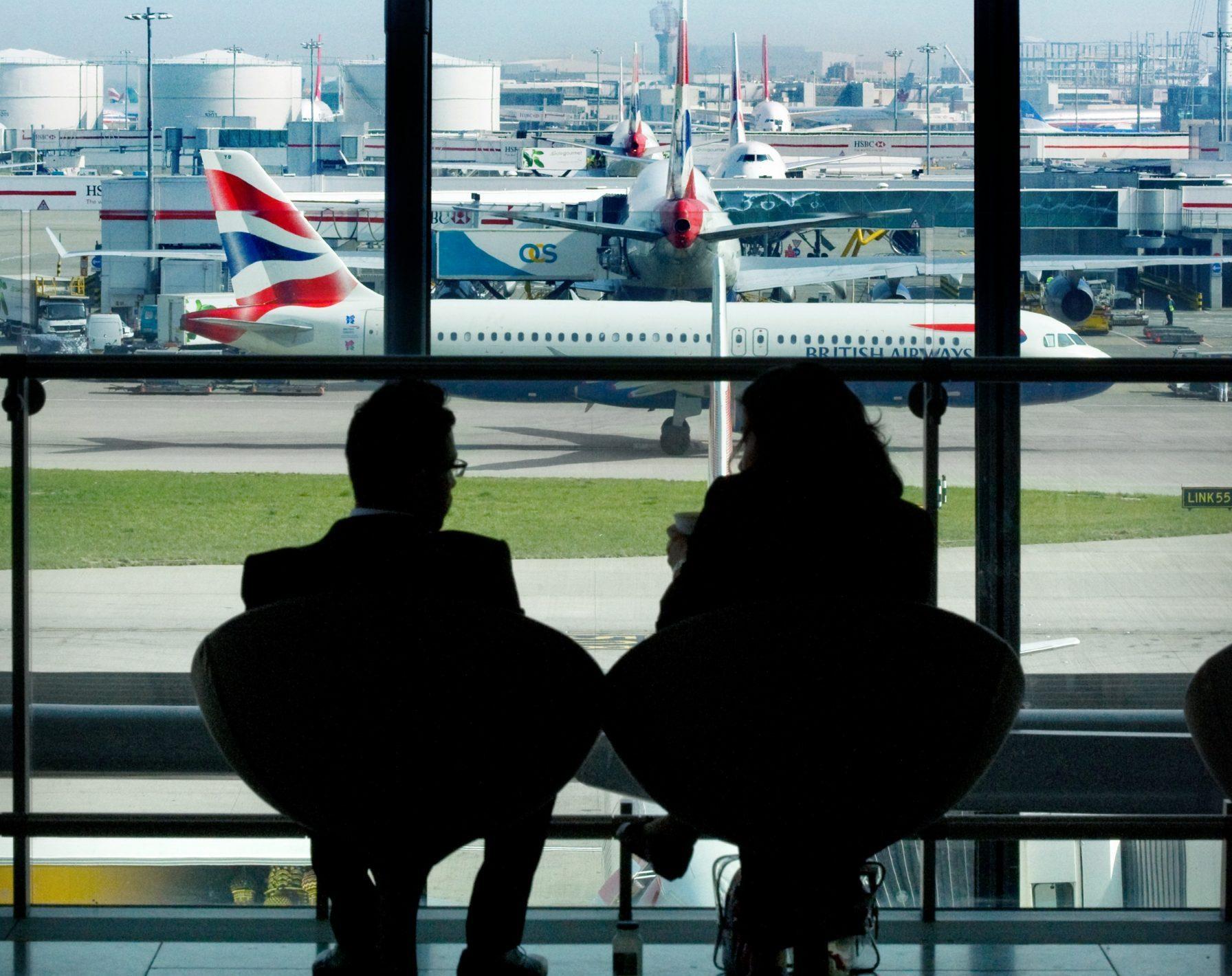 De stramme rejsevejledninger betyder, at rejsebureauerne kun i begrænset omfang kan sende gæster på rejse. Og nedlukning af hjælpepakker betyder nye fyringsrunder i rejsebureauer. Arkivpressefoto fra London Heathrow.