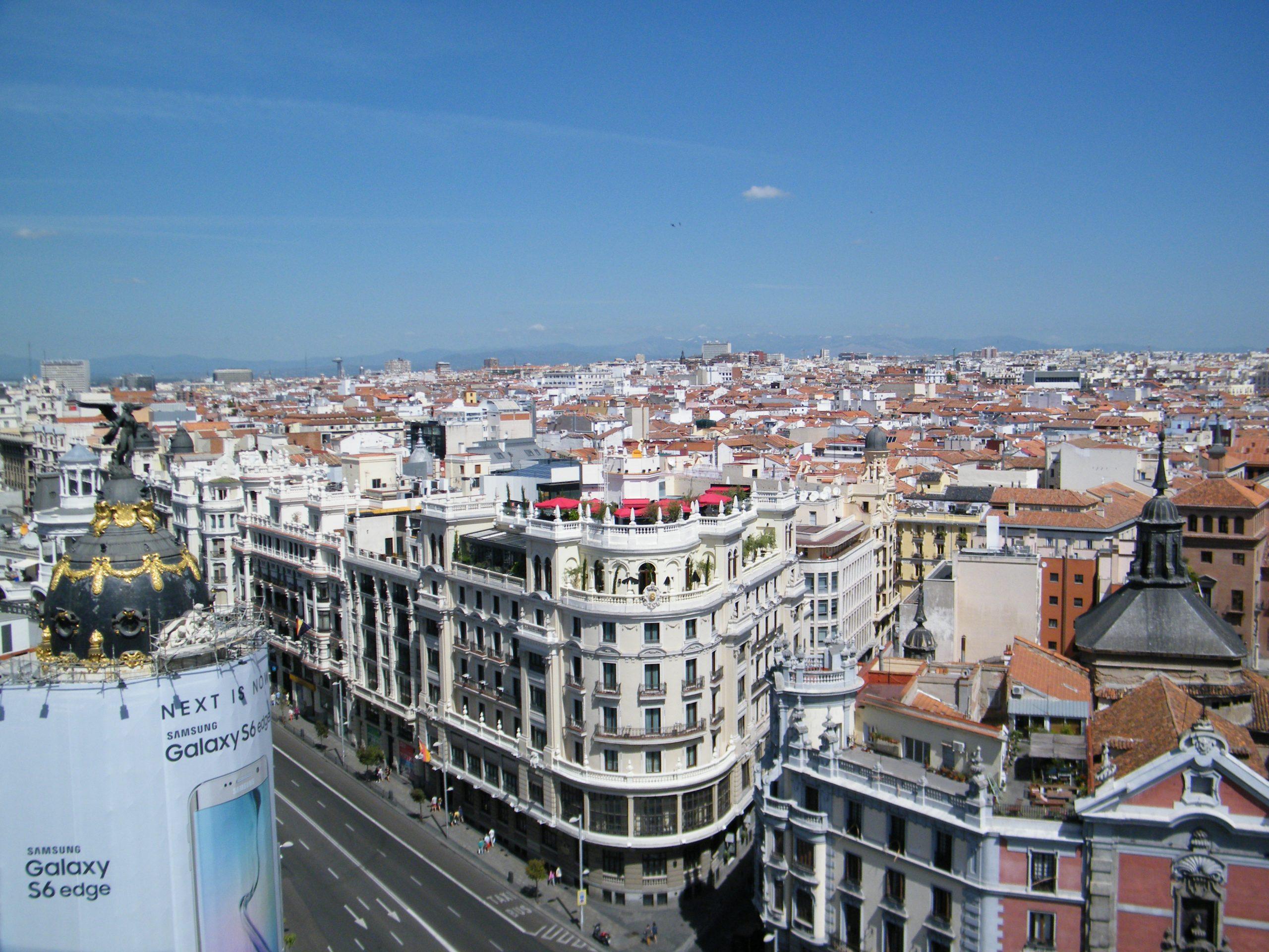 Smittetrykket er atter for højt i Spanien, vurderer Udenrigsministeriet, der nu igen fraråder rejser til hele landet, selv om der er stort forskel på smittetrykket i de forskellige spanske regioner. Arkivfoto fra Madrid: Henrik Baumgarten.