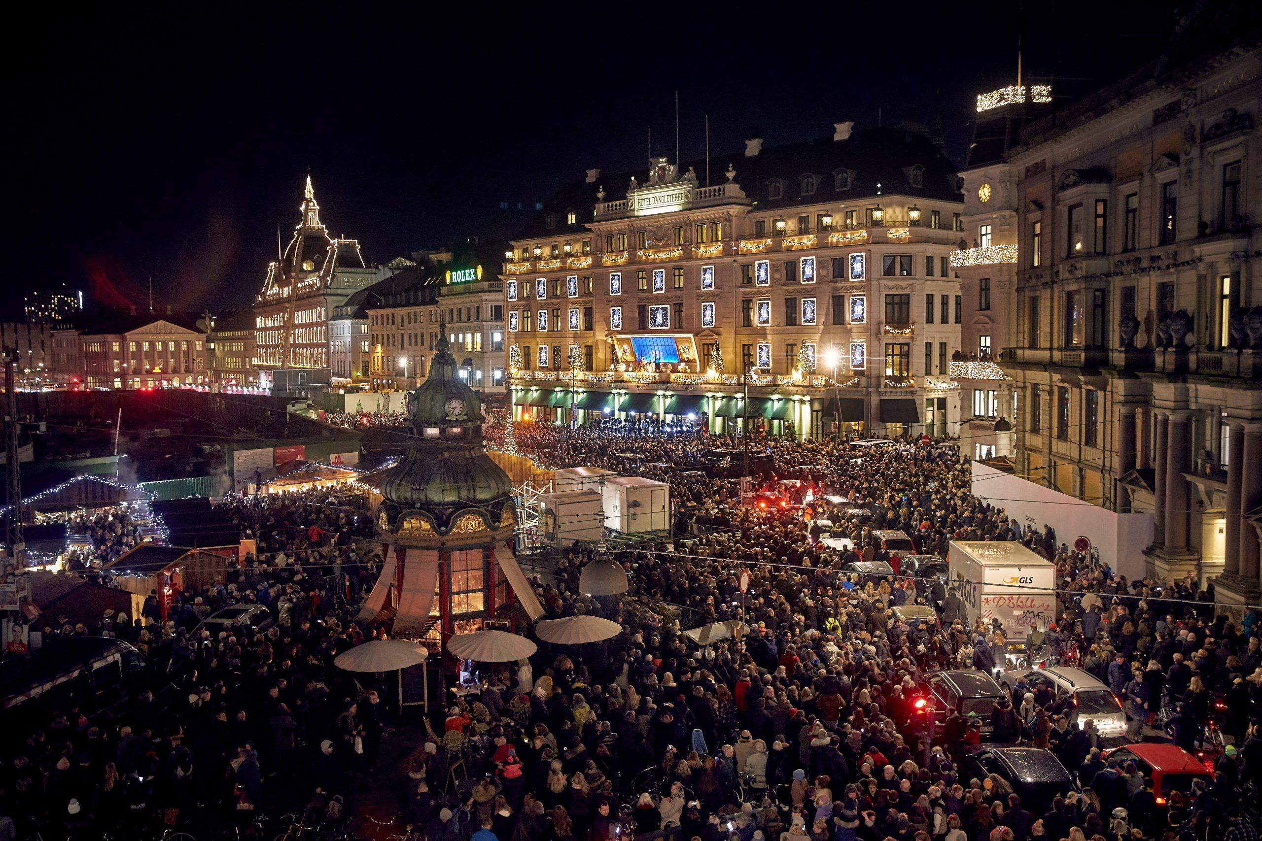 De seneste år har afsløringen d'Angleterres juletænding, hvor også Den Kongelige Livgardes Musikkorps har spillet julen ind, op mod 30.000 på Kongens Nytorv. Foto for Hotel d'Angleterre: Krestine Havemann.