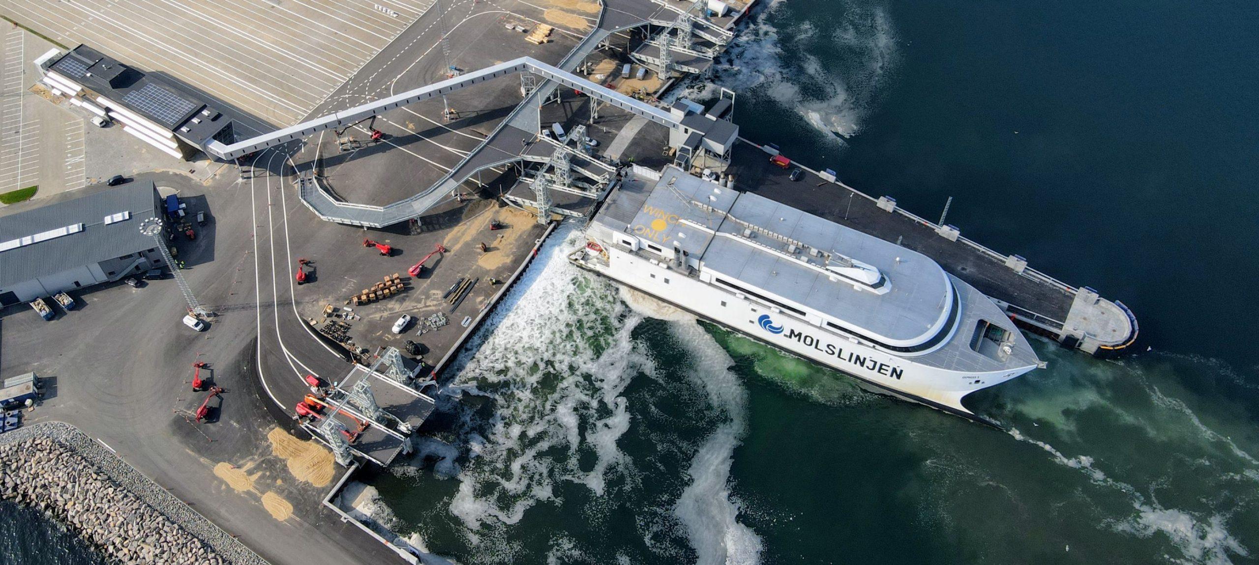 Express 3 vender i den nye havn i Aarhus, katamaranen sejler blandt andet mellem Aarhus og Sjællands Odde. Pressefoto: Molslinjen.
