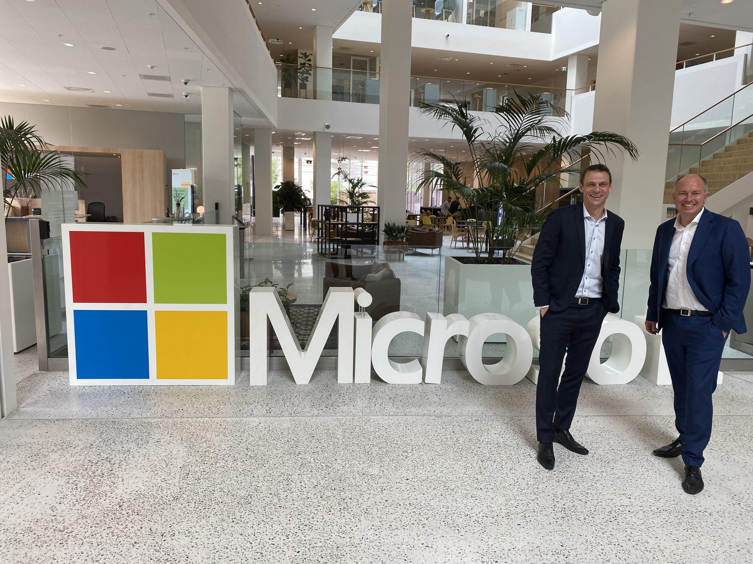 """Klar til samarbejde. Travel Operations administrerende direktør, Michael Holst Andersen, til venstre, med den nye storinvestor, Peter Mægbæk. TravelOperations er noget så fint som """"Gold Certified Microsoft Partner."""" Fremsendt PR-foto."""