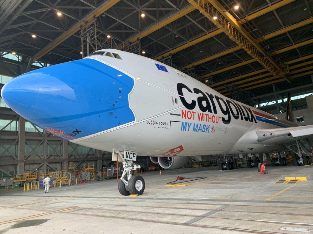 """Der bliver brug for masser af fragtflyvninger når vaccinen mod coronavirussen er klar og skal distribueres verden over. Her er det et Boeing B747-8F fragtfly fra Cargolux i Luxembourg – med """"mundbind."""" Pressefoto: Cargolux."""