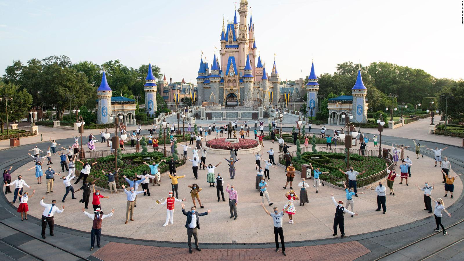 Disney-medarbejdere med mundbind og social afstand i Magic Kingdom Park i Florida forud for den kontrollerede genåbning i Florida. I Californien må Disney ikke genåbne op grund af coronakrisen. Pressefoto for Disney: David Roark.