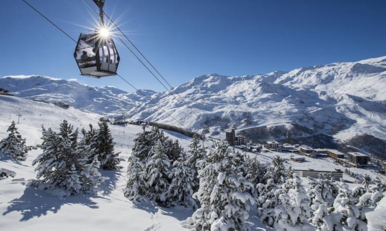 """Den franske skisportssammenslutning forudser flere turister til vinter. Mange """"ikke-skiløbere"""" vil i år vælge ferie i bjergene, nu hvor de ikke kan tage på storbyferie eller til for eksempel Østen på vinterferie, hedder det. Pressefoto fra Atout France: Gilles Lansard."""