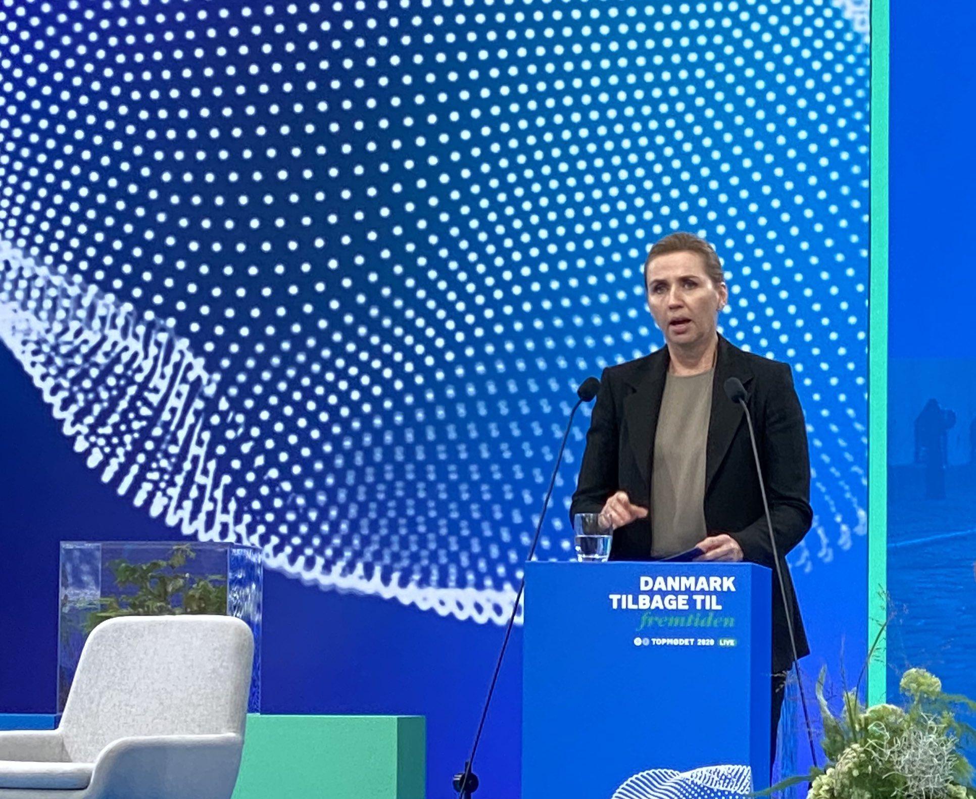 Statsminister Mette Frederiksen talte ved tirsdagens topmøde i Dansk Industri. Twitter-foto via Dansk Industri.