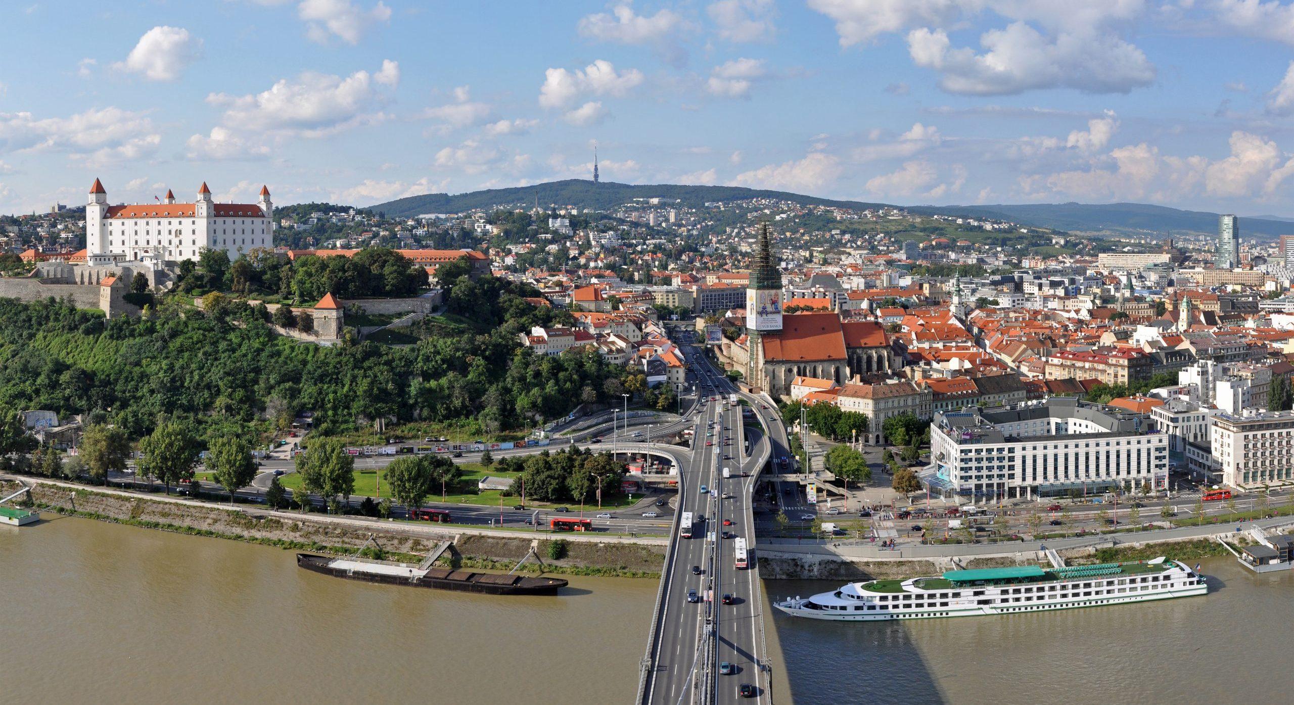 Slovakiet, der blev selvstændigt i 1993 efter skilsmissen Tjekkiet (de to lande hed før Tjekkoslovakiet), har nu så høje smittetal, at landet formentlig bliver orange i de danske rejsevejledninger. Her er det fra Bratislava, hovedstaden i Slovakiet. Wikipedia-foto: Marc Ryckaert.