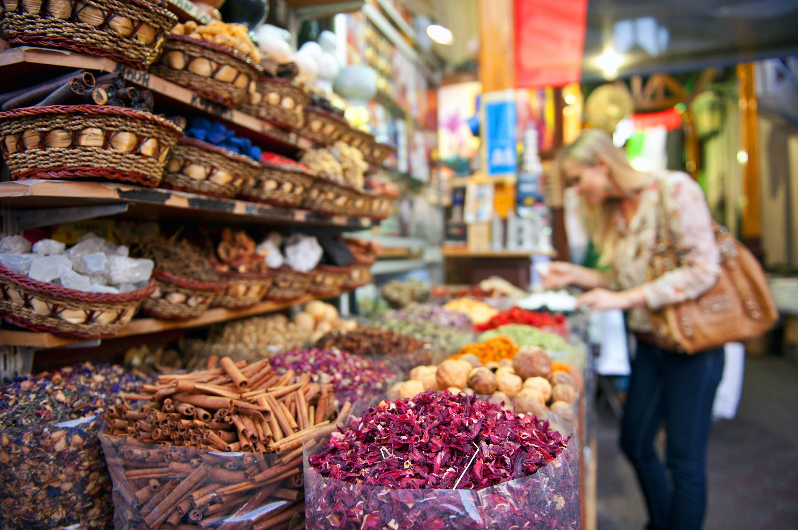 Krydderier i souken i Dubai, der meget gerne snart også vil have sine nordiske turister tilbage. Pressefoto: Dubai Tourism.