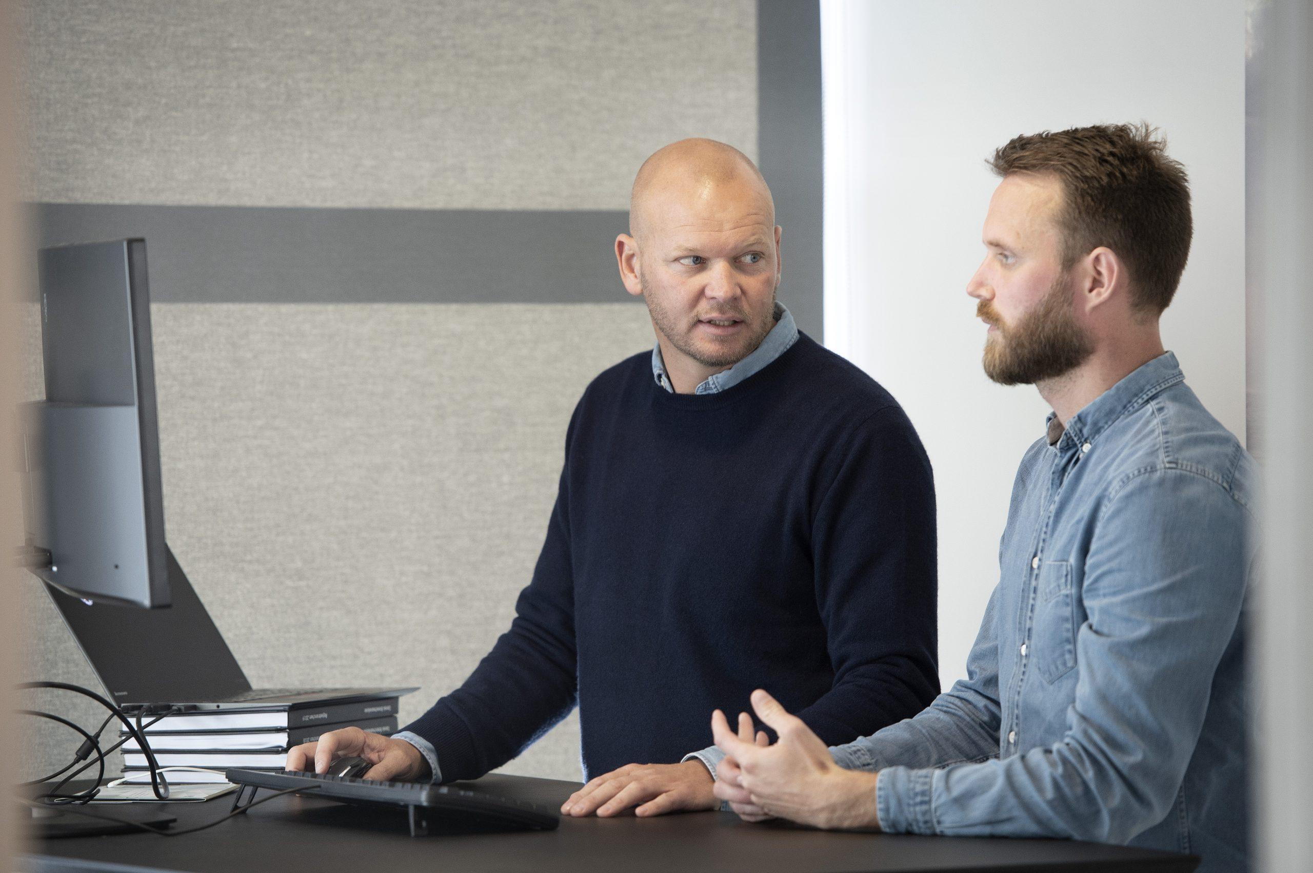 Mads Bygballe, til venstre, ejer af Sunway Group, overlader direktørposten i gruppens største enhed, Ruby Rejser, til Ronni Knudsen. Pressefoto: Michael Bygballe.