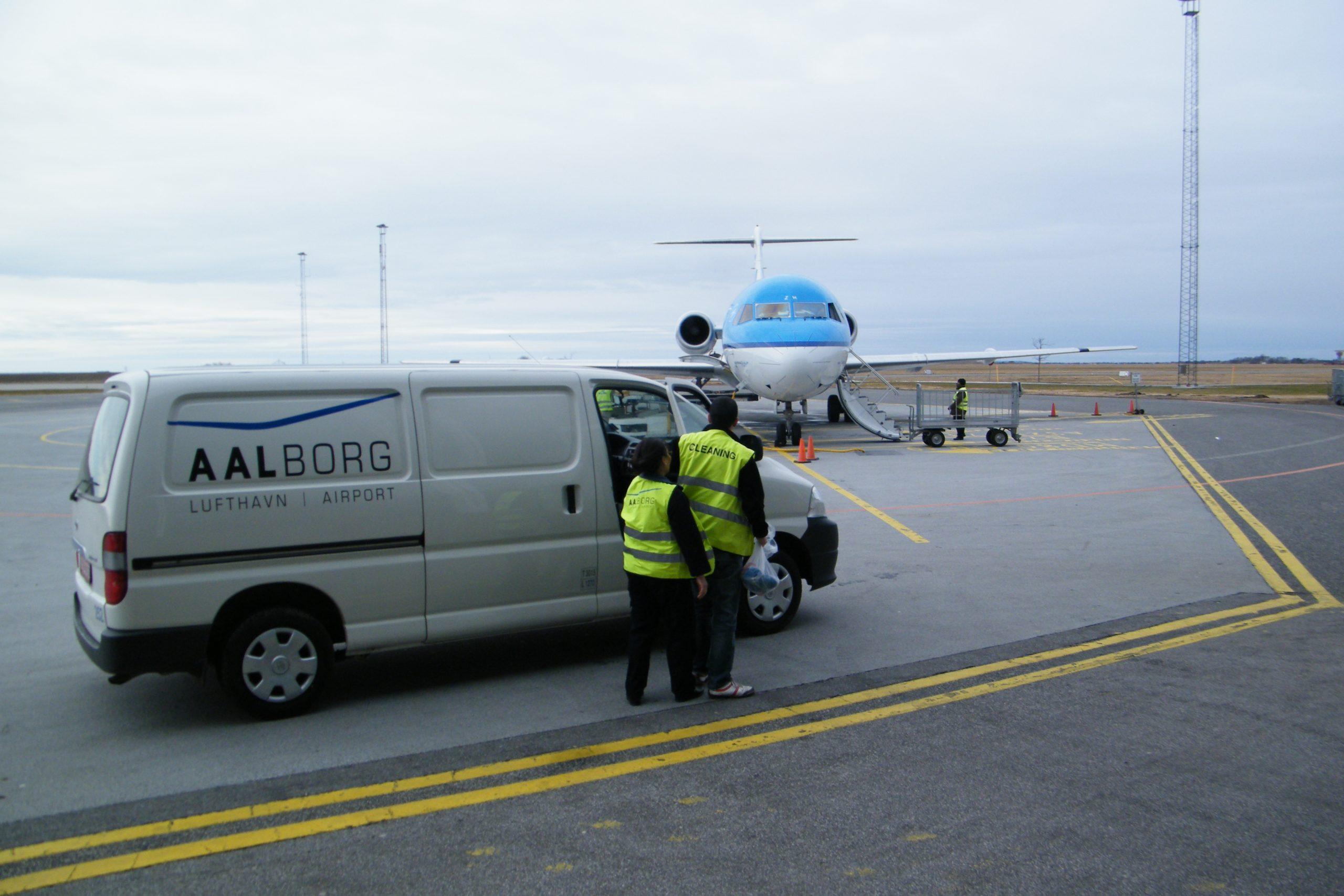 Der er store problemer med at rejse indenfor Europa under coronakrisen, for eksempel har landene ikke ens rejsevejledninger. Her arkivfoto fra Aalborg Lufthavn med KLM-fly. Foto: Henrik Baumgarten.