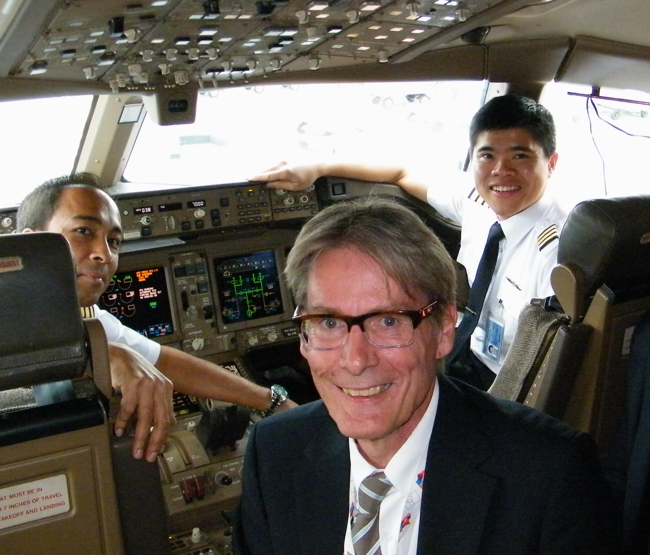 Allan Hoffery, der med ugens udgang stopper hos Singapore Airlines, i cockpittet inden en afgang fra Københavns Lufthavn. Arkivfoto: Henrik Baumgarten.