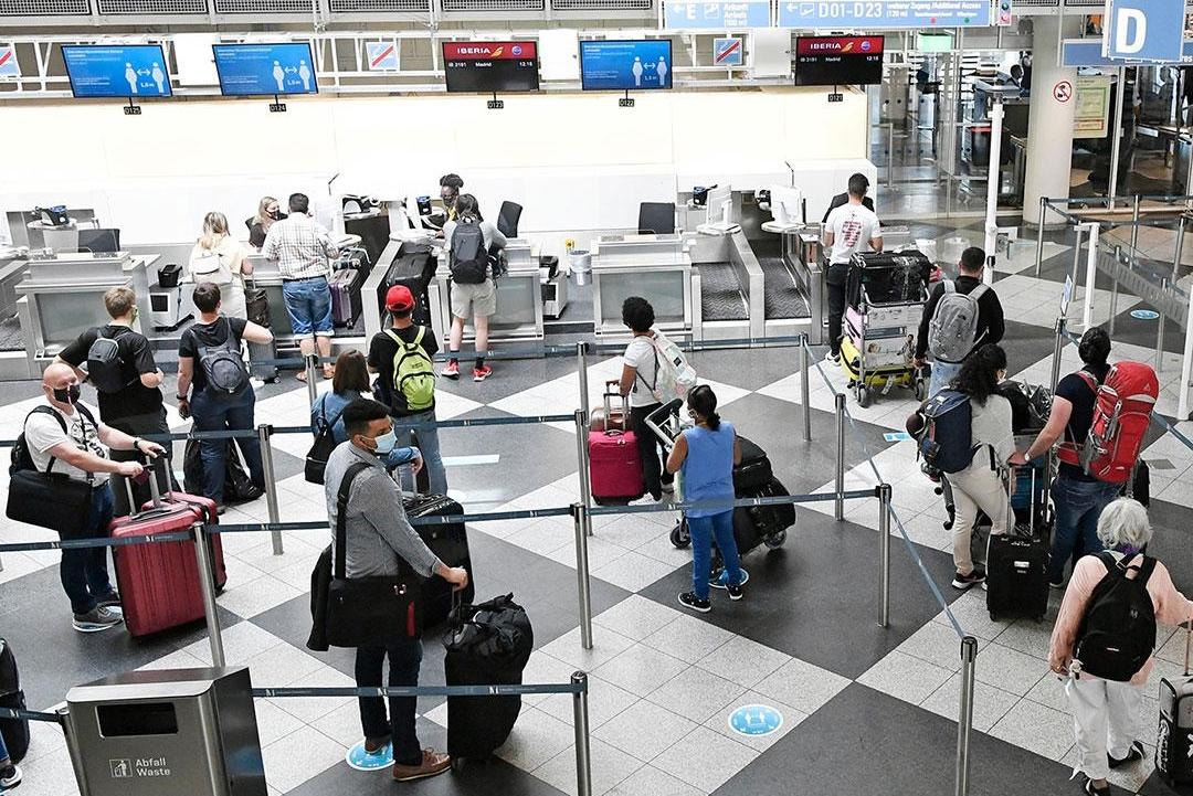 Kun få lande er lige nu åbne for danske rejsende, for eksempel Cypern, Grækenland, Norge, Sverige og Tyskland. Resten er orange: ikke-nødvendige turistrejser frarådes. Dette gælder dog ikke erhvervsrejser. Arkivpressefoto fra lufthavnen i München.