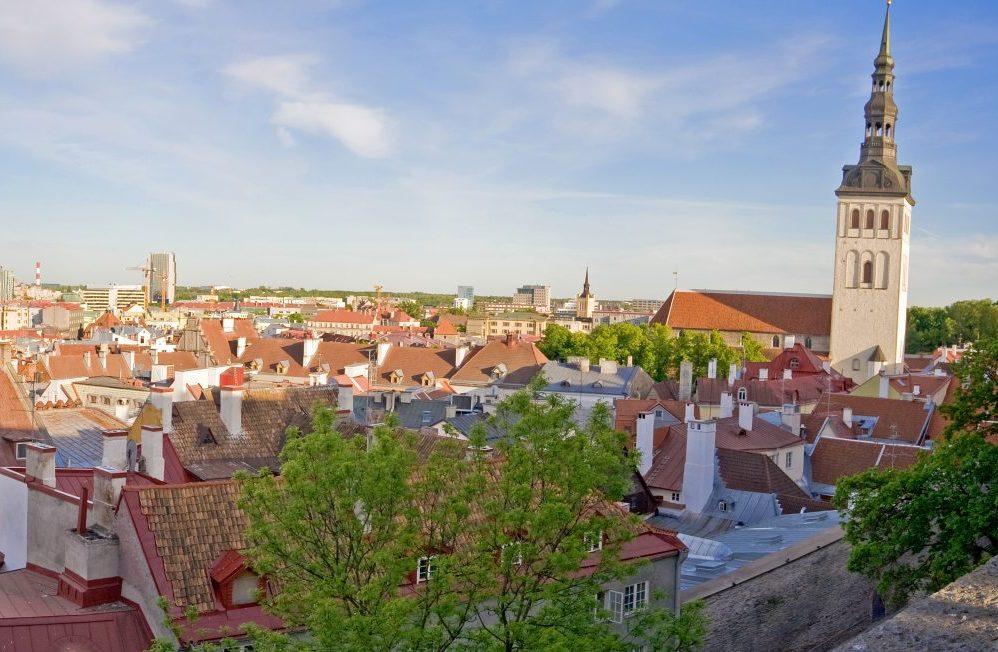 Estland, her er det hovedstaden Tallinn, er et af de fire virtuelle rejsemål som oplysningsforbundet DEO tilbyder gratis inspirationsrejser til i november og december. Wikipedia-foto: Olga Itenberg.