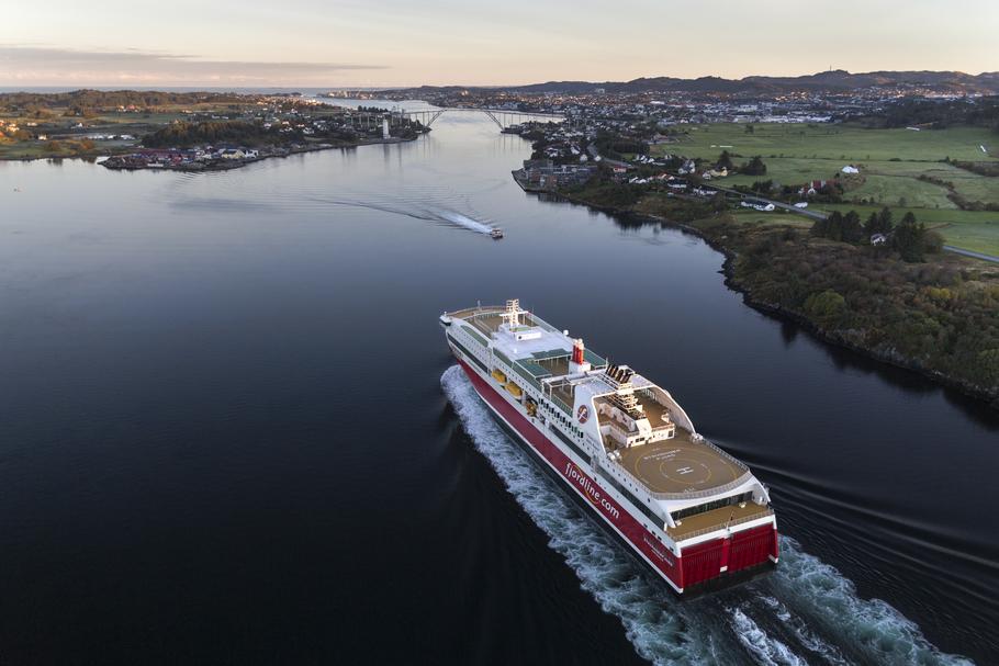 Norske Fjord Line sejler normalt med fire færger langs de norske kyster samt på ruter fra Norge til primært Hirtshals, men også til Sverige. Nu går rederiet indtil videre ned til blot at sejle med ét skib, MS Bergensfjord. Pressefoto: Fjord Line.