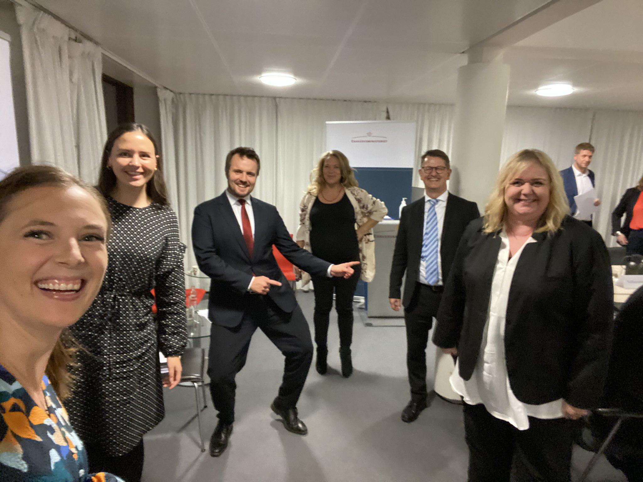 Twitterfotoet fra De Radikales erhvervsordfører, Katrine Robsøe, til venstre, med en nærmest dansende erhvervsminister, Simon Kollerup.