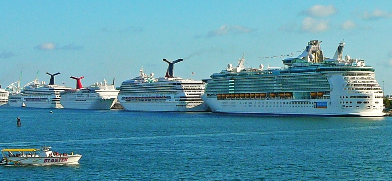 Arkivfoto fra Miami, verdens største krydstogthavn. Der er stor tvivl om, hvornår krydstogtskibene igen kan begynde at sejle. Hovedparten har ligget stille siden coronakrisen begyndte. Wikipediafoto: Marc Averette.
