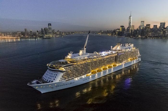 Kæmpestore Quantum of the Seas fra Royal Caribbean skal fra december sejle krydstogter med tre og fire overnatninger ud af Singapore. Kun med halv kapacitet og passagererne må kun være borgere i Singapore. Pressefoto: Royal Caribbean Group.