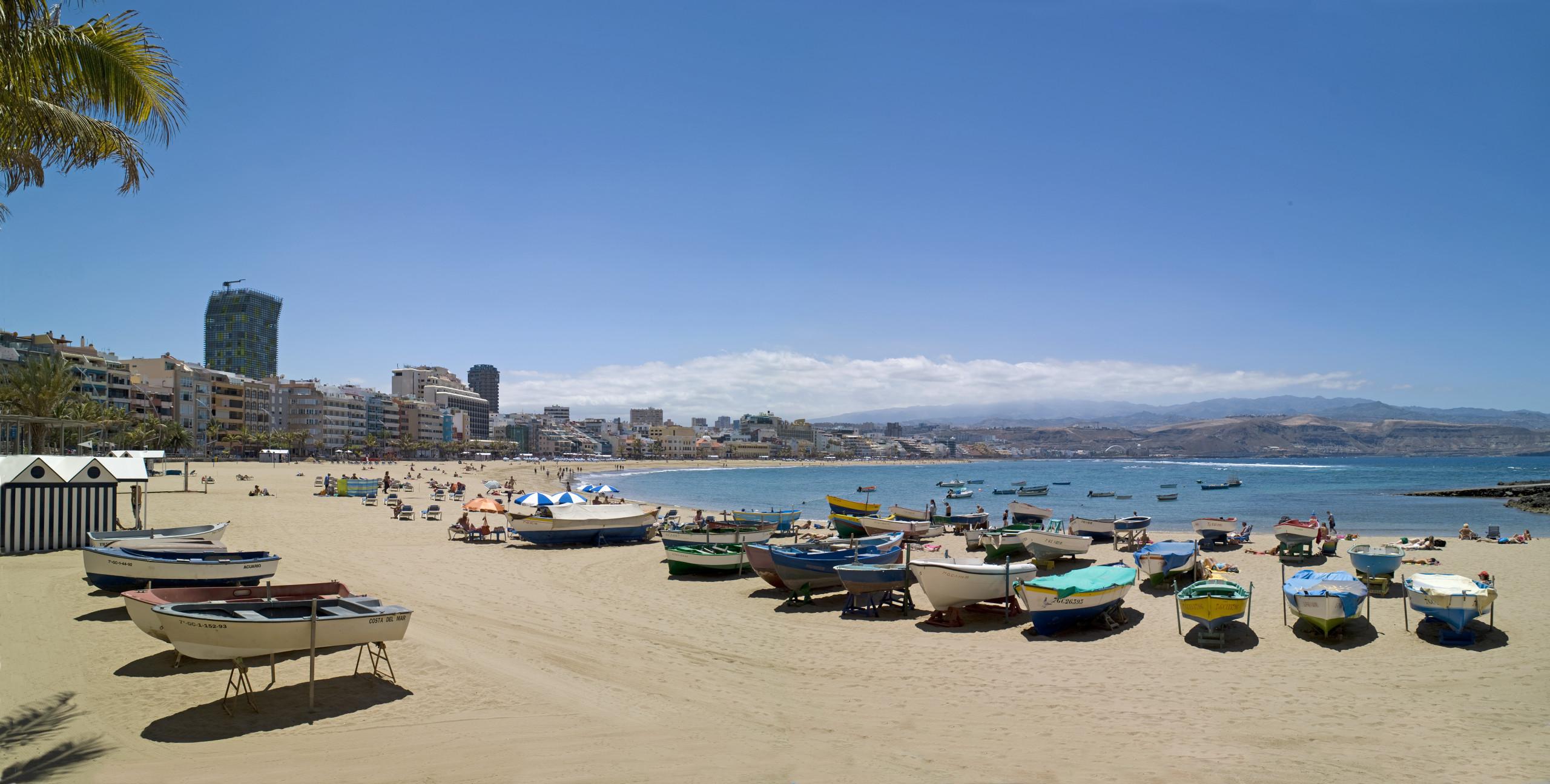 Både Kanarieøerne og for eksempel de danske charterarrangører vil meget gerne have liv i muligheden for rejser til øgruppen. Her er det Canteras-stranden ved Las Palmas på Gran Canaria. Pressefoto Den Spanske Stats Turistbureau.
