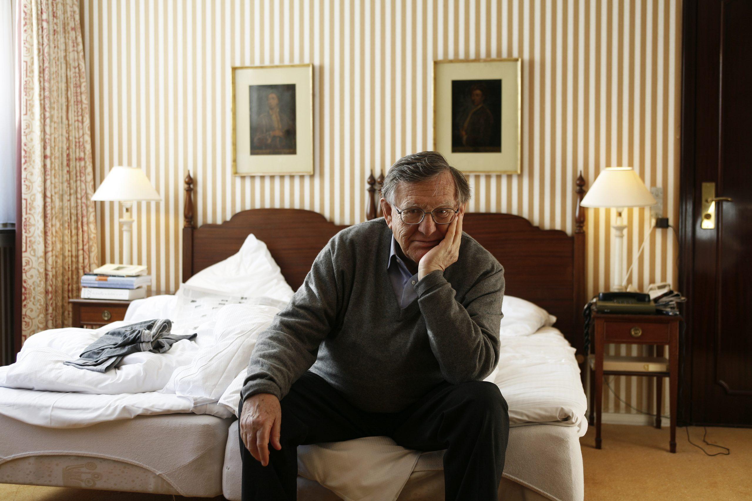 Herbert Pundik i sit elskede værelse 509 på Hotel Kong Frederik i København. Hotellet fik sat en brevsprække i værelsesdøren til de mange beskeder og post, der kom til hotellet under hans ophold. Fotoet er fra 1994, foto: JJ Film.