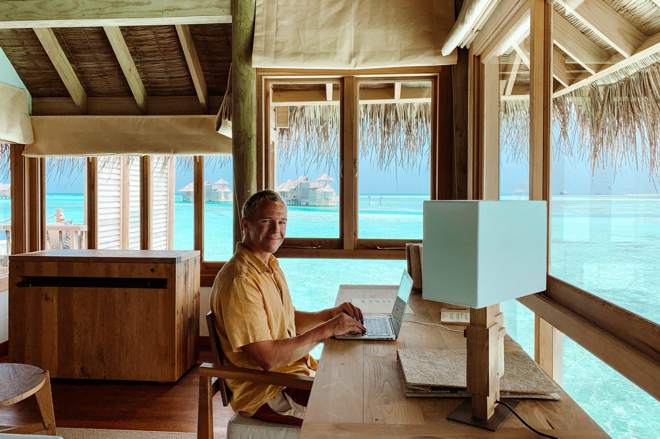 Rejsebureauejer Matti Saastamoinen Binderup på resortet Gili Lankanfushi på Maldiverne. Efter coronakrisen, når rejsemulighederne begynder at blive normaliseret, forventer han at arrangere særcharterflyvninger til øgruppen. Privatfoto.