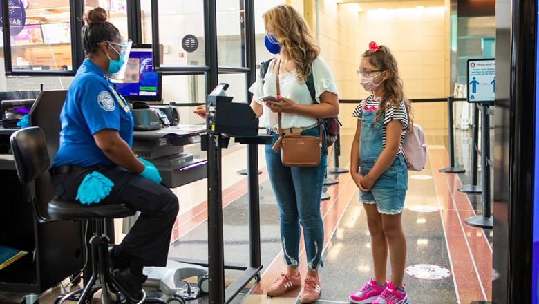 Mange amerikanere tager chancen og kører eller flyver her i thanksgiving-perioden for at være sammen med den nære familie. Arkivfoto fra Transportation Security Administration.