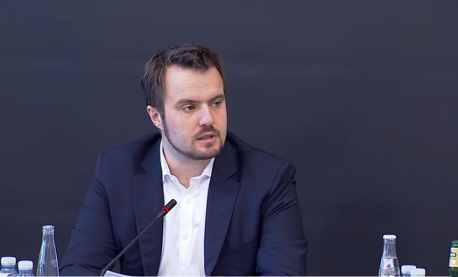 Erhvervsminister Simon Kollerup under denne uges samråd om blandt andet seksdagesreglen. Screenshot fra: TV fra Folketinget.