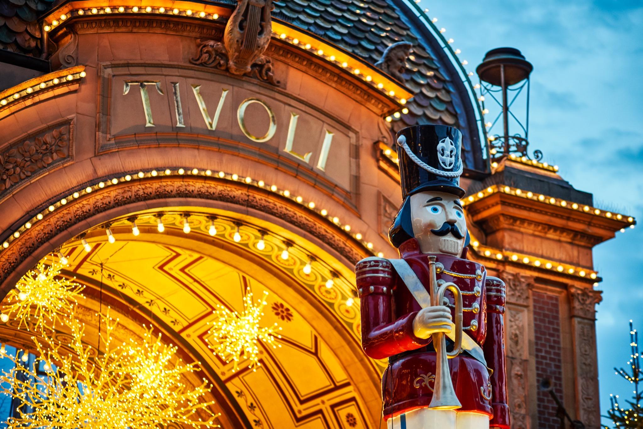 For at komme i Tivoli til Jul i Tivoli skal der bookes plads via Tivolis hjemmeside. Et vagtfirma vil sørge for, at der ikke bliver for megen trængsel foran indgangene. Foto: Lasse Salling.