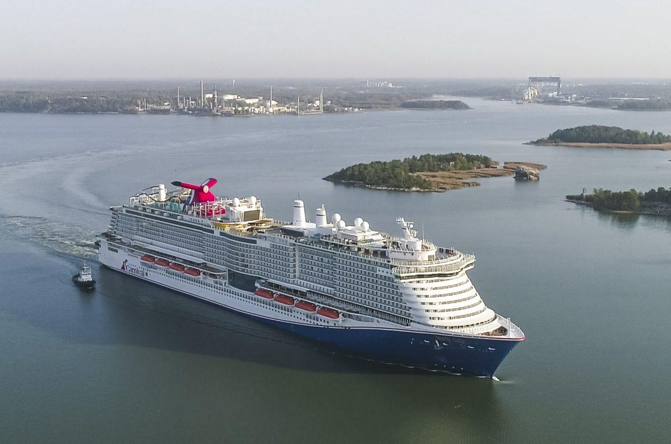Der kommer mange nye krydstogtskibe i 2021, spørgsmålet er i øjeblikket, hvornår de kan sejle med passagerer. Verdens største krydstogtrederi, Carnival, får debut til sit nye flagskib, Mardi Gras, der med plads til 6.300 passagerer er et af verdens ti største krydstogtskibe. Her forlader skibet skibsværftet i Finland får at indlede testsejladser. Pressefoto: Carnival Cruise Line.