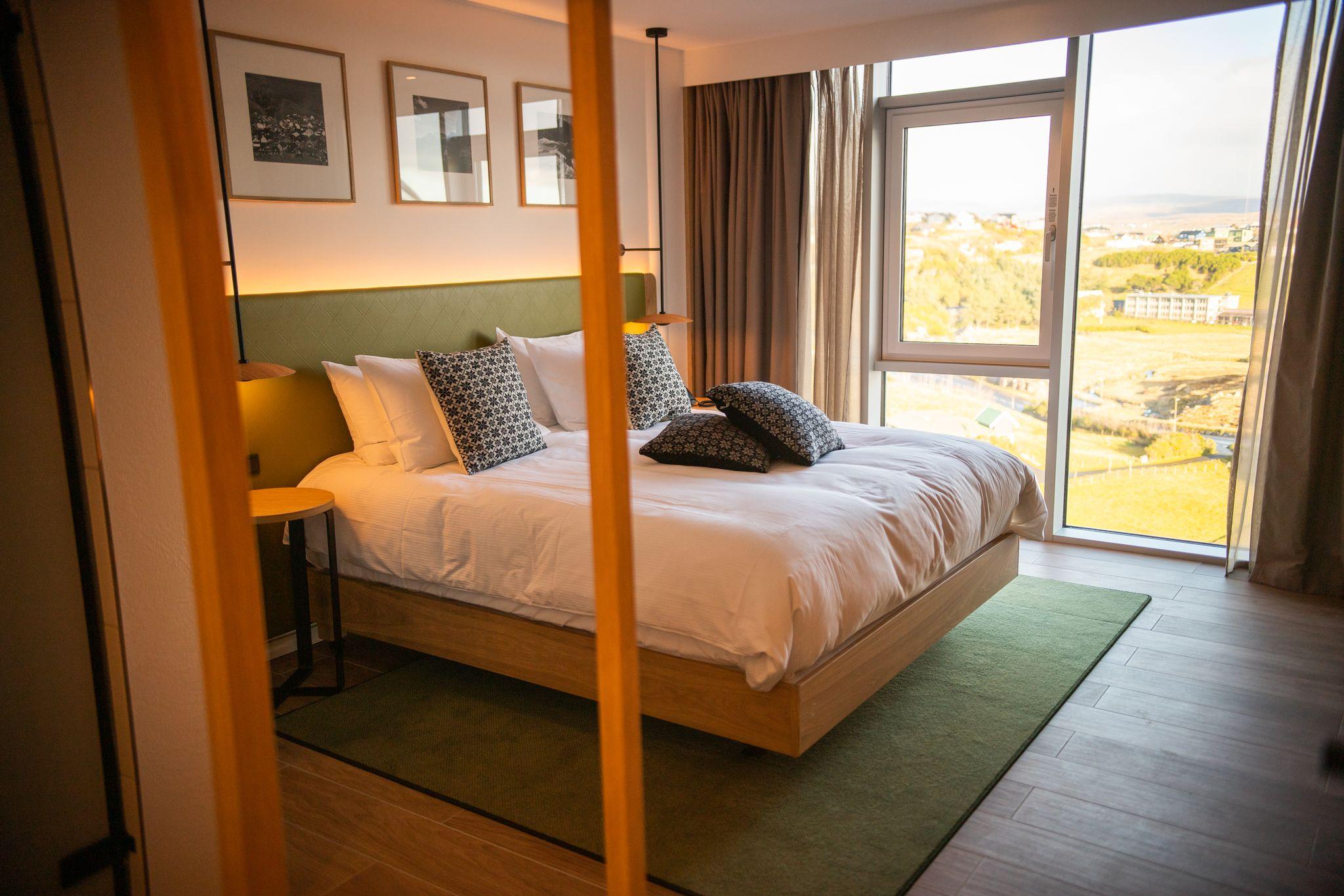 Hilton passerede i år én million hotelværelser. Med i tallet er dette, et af de 130 værelser på firestjernede Hilton Garden Inn Faroe Islands, der åbnede i oktober ved Torshavn. PR-foto.