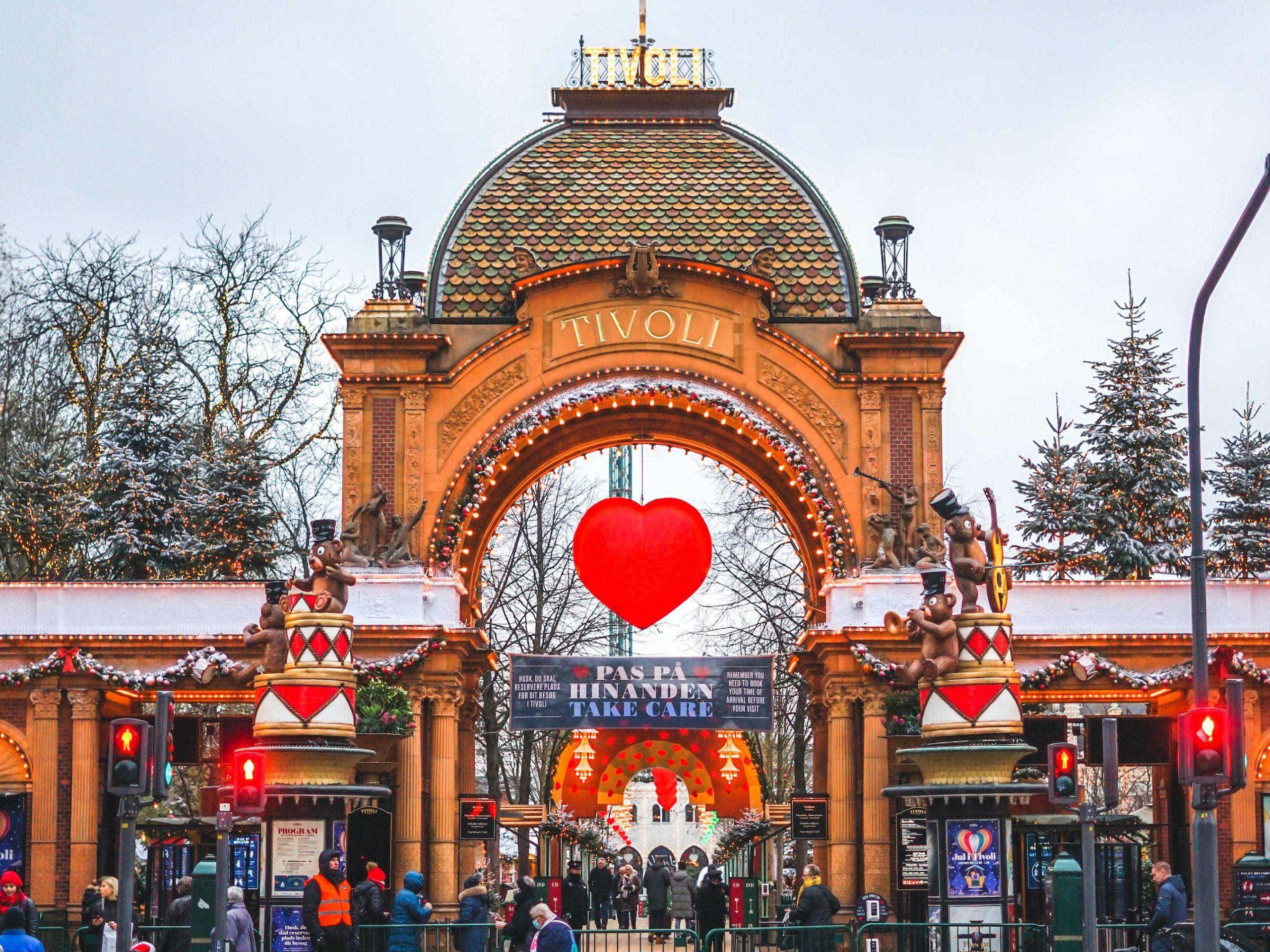 Jul i Tivoli er aflyst, sæsonen skulle have varet til 3. januar. Tivoli har nu over 1.000 juletræer i overskud og er meget modtagelige for gode ideer. Pressefoto fra Tivoli, Christoffer Sandager.
