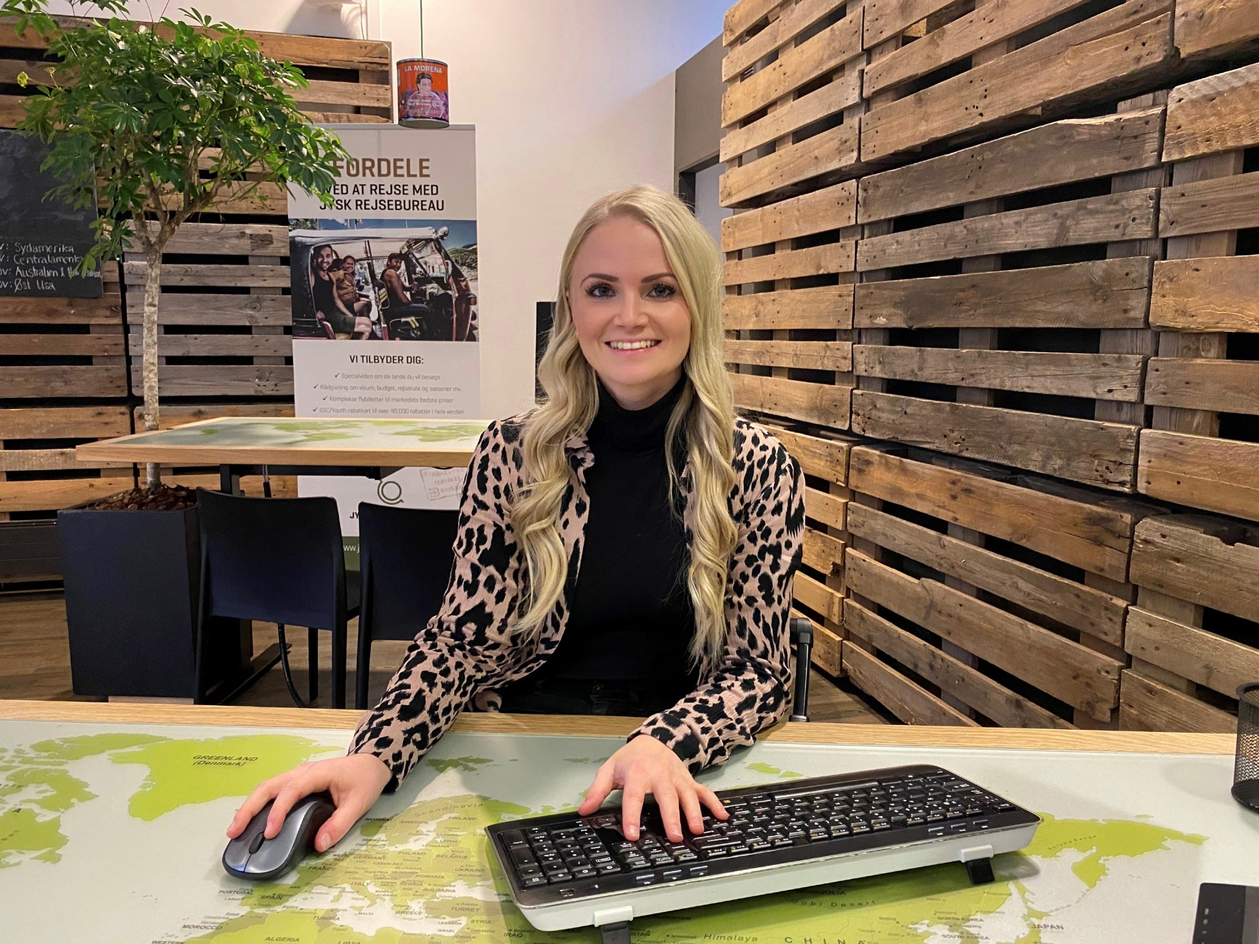 Søs Ravn Nielsen er én af de 14 medarbejdere fra Jysk Rejsebureau, der kombinerer arbejdsfordeling med online efteruddannelse i blandt andet oplevelsesøkonomi. Foto via Erhvervsakademi Dania.