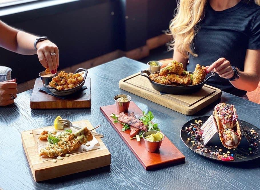 Restauranter, cafeer og barer bliver blandt andet ramt af de kommende mere strikse regler, der træder i kraft for 38 kommuner på onsdag. Arkivfoto.