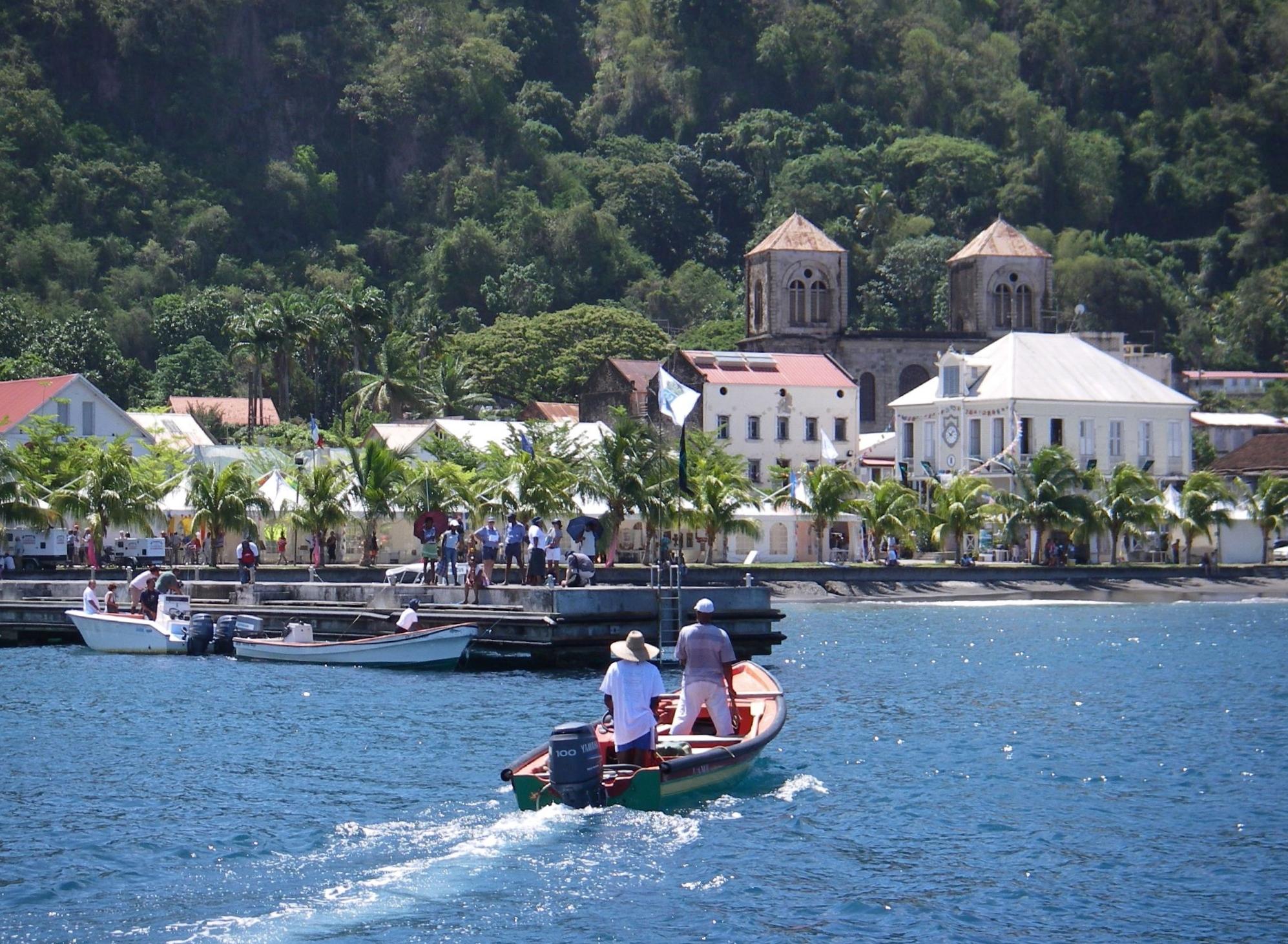 De danske rejsevejledninger tillader nu turistrejser til de to franske besiddelser Guadeloupe og Martinique. Men hvor længe smittetallene forbliver lave nok, vides selvfølgelig ikke. Her er det fra byen Saint-Pierre på Martinique, Wikipediafoto: Jean & Nathalie.