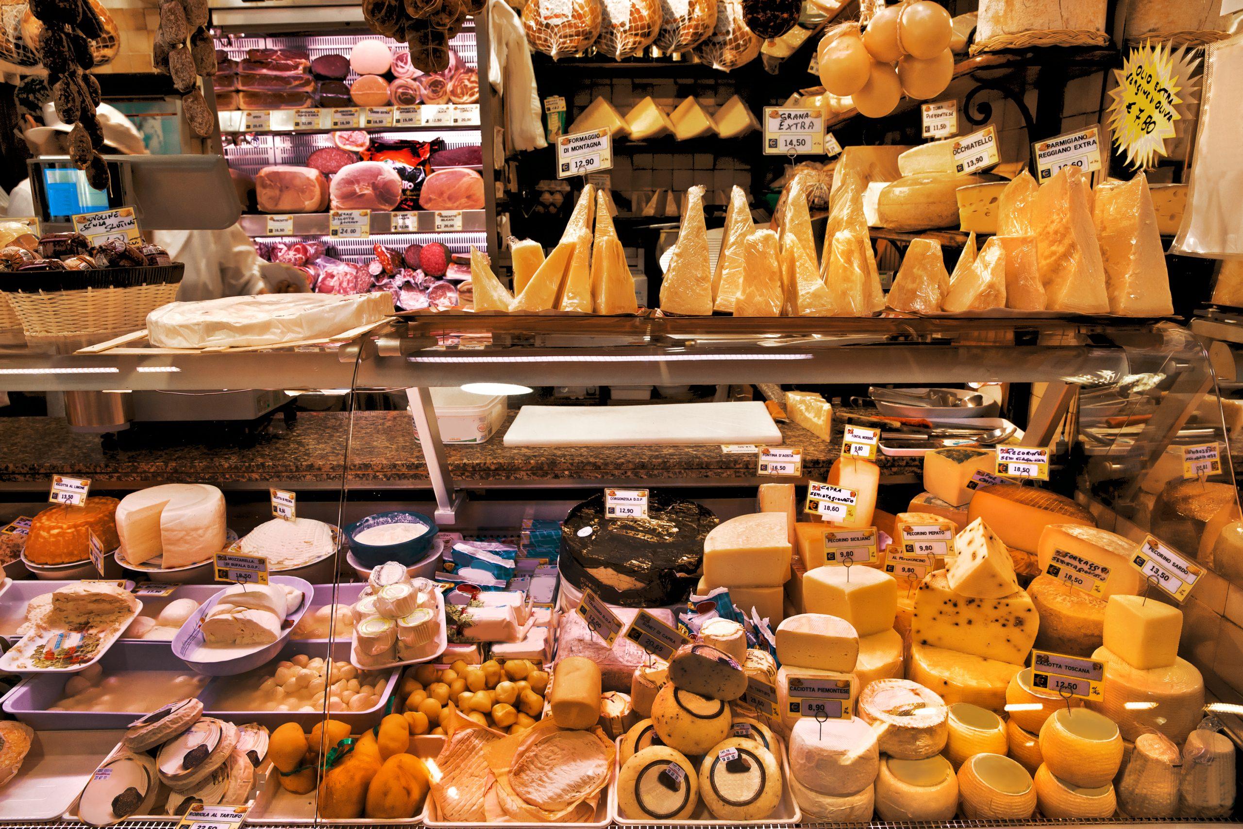 Sådan ser en ostebutik ud – før musene har været der. (Foto: shutterstock_151486673)