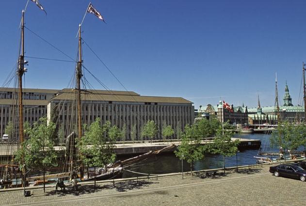 Udenrigsministeriet i København, med Christiansborg med Folketinget til højre i baggrunden. Pressefoto: Udenrigsministeriet.