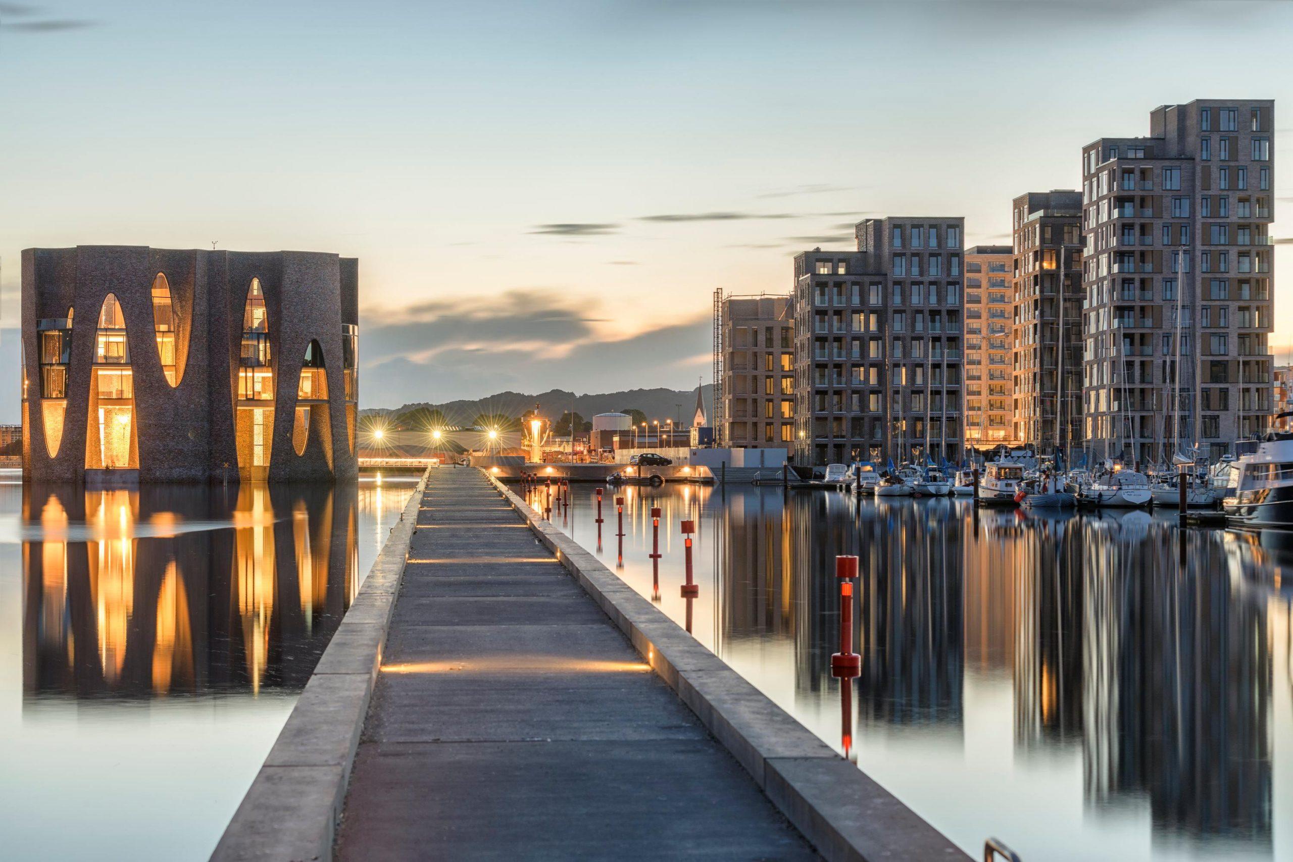 Til sommeren 2022 skulle det nye Zleep Hotel i det nye by- og boligområde Havneøen i Vejle gerne stå klart. Det får blandt andet long stay-suiter, den største bliver på 200 kvadratmeter. PR-foto via Kirk Kapital.