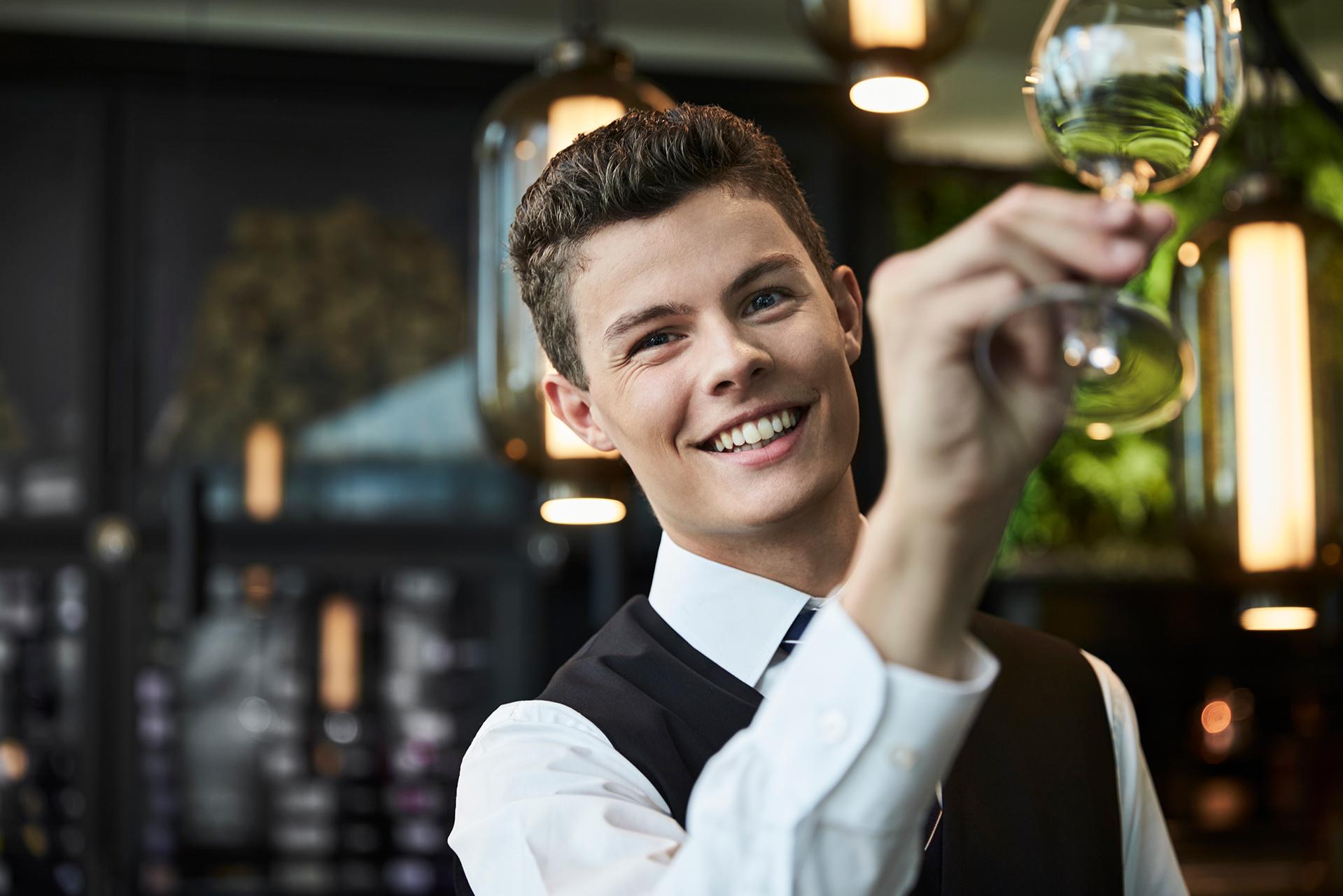 """""""Flere elever skal have et fedt praktikforløb og gennemføre deres uddannelse,"""" siger Malte Strunge, souschef for restaurantområdet på Hotel Koldingfjord. Han er en af de unge ambassadører for hotel- og restauranterhvervets projekt med at få flere unge igennem erhvervsuddannelserne. Arkivfoto: Hotel Koldingfjord."""
