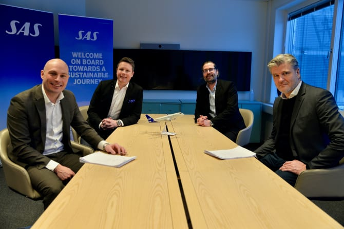 Fra underskrivelsen af milliardkontrakten mellem Apollo og SAS, fra venstre Markus Ek, global salgschef i SAS, Michael Erixon, Head of Strategic Contracting, Global Sales, SAS, Henrik Johansson, Flight Purchase Manager, Apollo, samt Leif Vase Larsen, administrerende direktør for Apollo i Norden. Foto: Apollo.