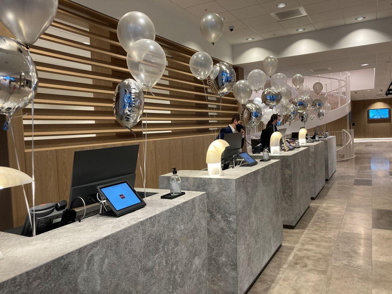 Der var pyntet fint op i receptionen ved åbningen mandag af det nye Comwell Copenhagen Portside. Den mere officielle festivitas må vente til mennesker atter må mødes i større forsamlinger. Foto: Comwell Hotels.