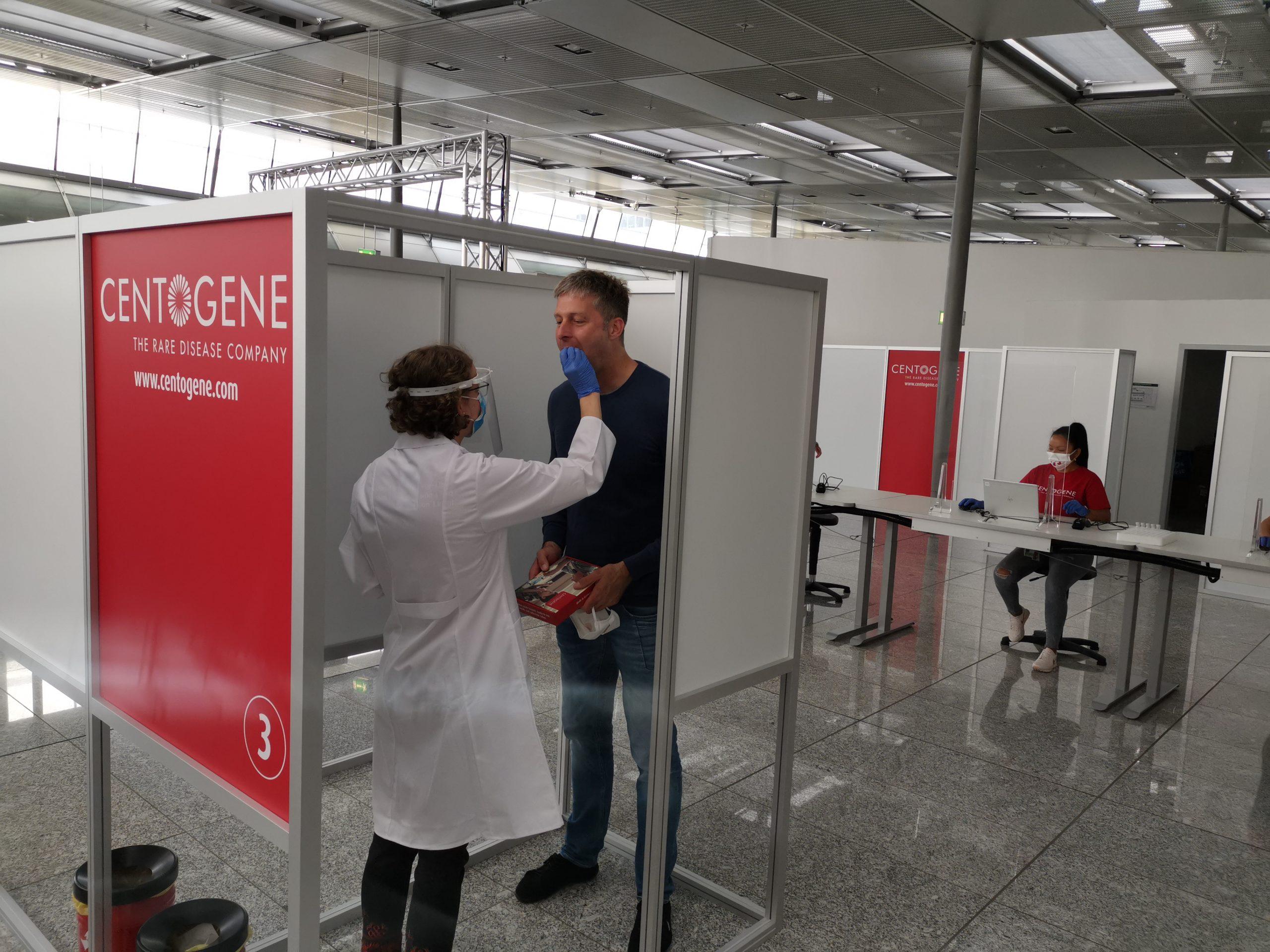Folketinget er på vej med lovgivning om obligatorisk test og isolation ved indrejse fra udlandet, også for danske statsborgere. Her testes passagerer i Frankfurt Lufthavn. Arkivfoto: Frankfurt Flughafen.