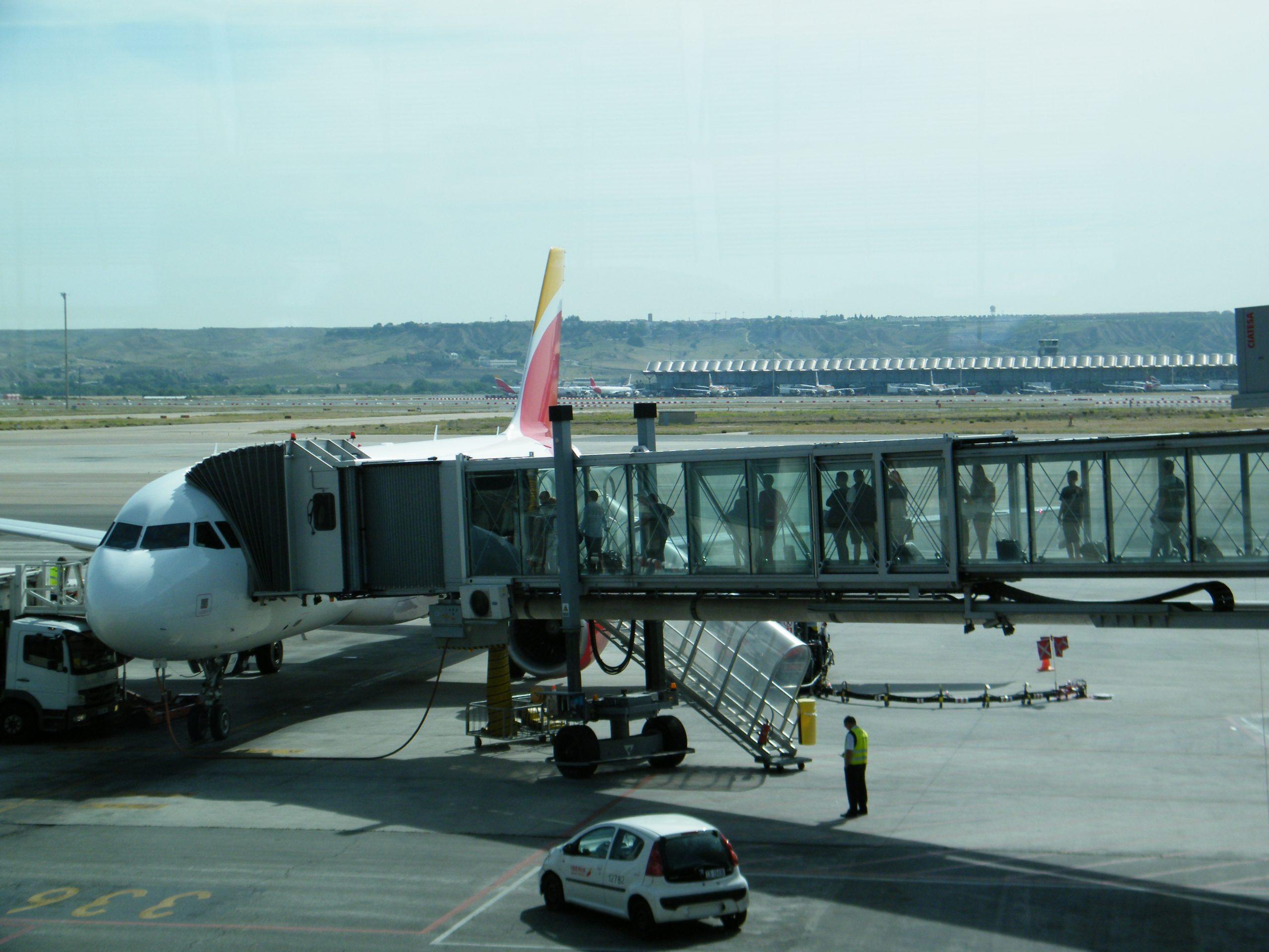 De spanske coronatal er generelt næsten kun de halve af de danske. Her går passagerer ombord i et fly i Madrids lufthavn. Arkivfoto: Henrik Baumgarten.