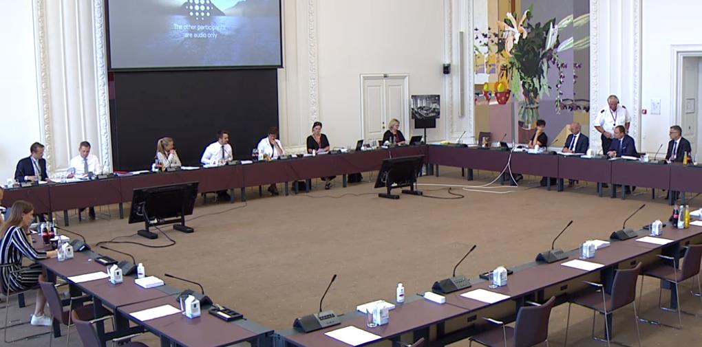 På tirsdag, den 12. januar, mødes Folketingets erhvervsudvalg om, hvorfor det ikke går hurtigere med at få udbetalt corona-hjælpepakkerne. Her arkivfoto fra tidligere møde i erhvervsudvalget. Screenshot fra: TV fra Folketinget.