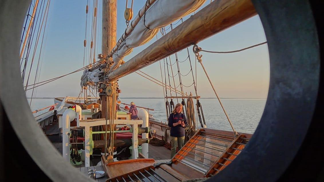 Også Jysk Rejsebureau vil til sommer tilbyde ferier med mindre sejlskibe i de danske farvande med sejladser på fra fire dage og op til en uge. PR-foto fra Jysk Rejsebureau.