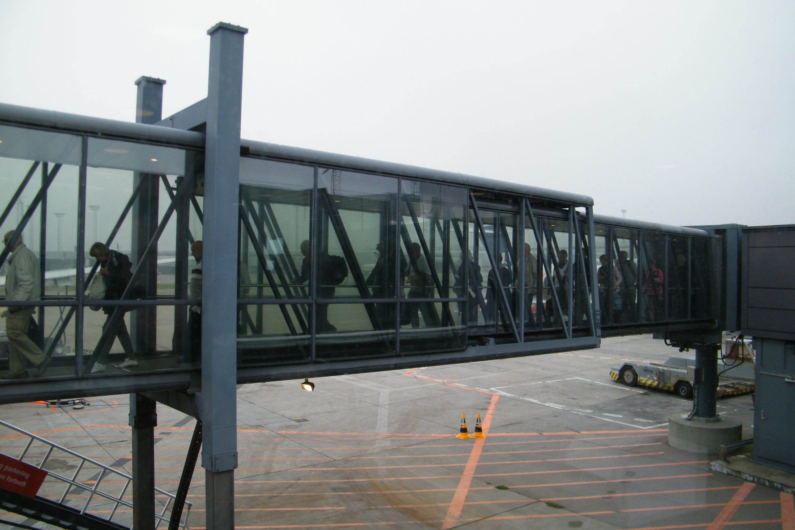 Rejsevejledninger og andre restriktioner har nærmest lukket omsætningen i rejsebureauerne, som derfor som andre dele af rejsebranchen har brug for ekstra offentlige støttepakker. Arkivfoto fra Københavns Lufthavn, Henrik Baumgarten.