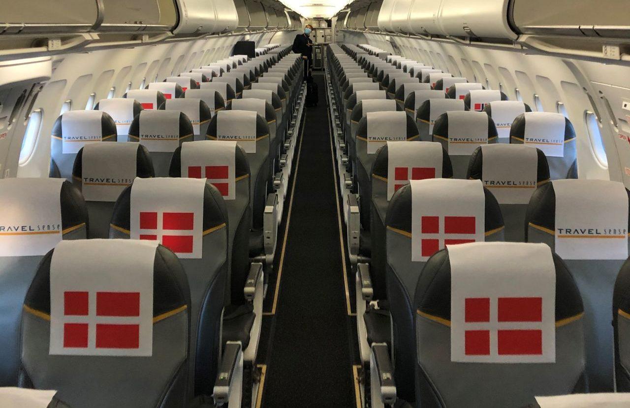 Sunclass Airlines' flyet klar til at flyve de tre skandinaviske landshold til VM-slutrunden i Egypten. Flyet har 212 passagersæder, kun omkring 100 var i brug for at sikre god social afstand. Foto: Travel Sense.
