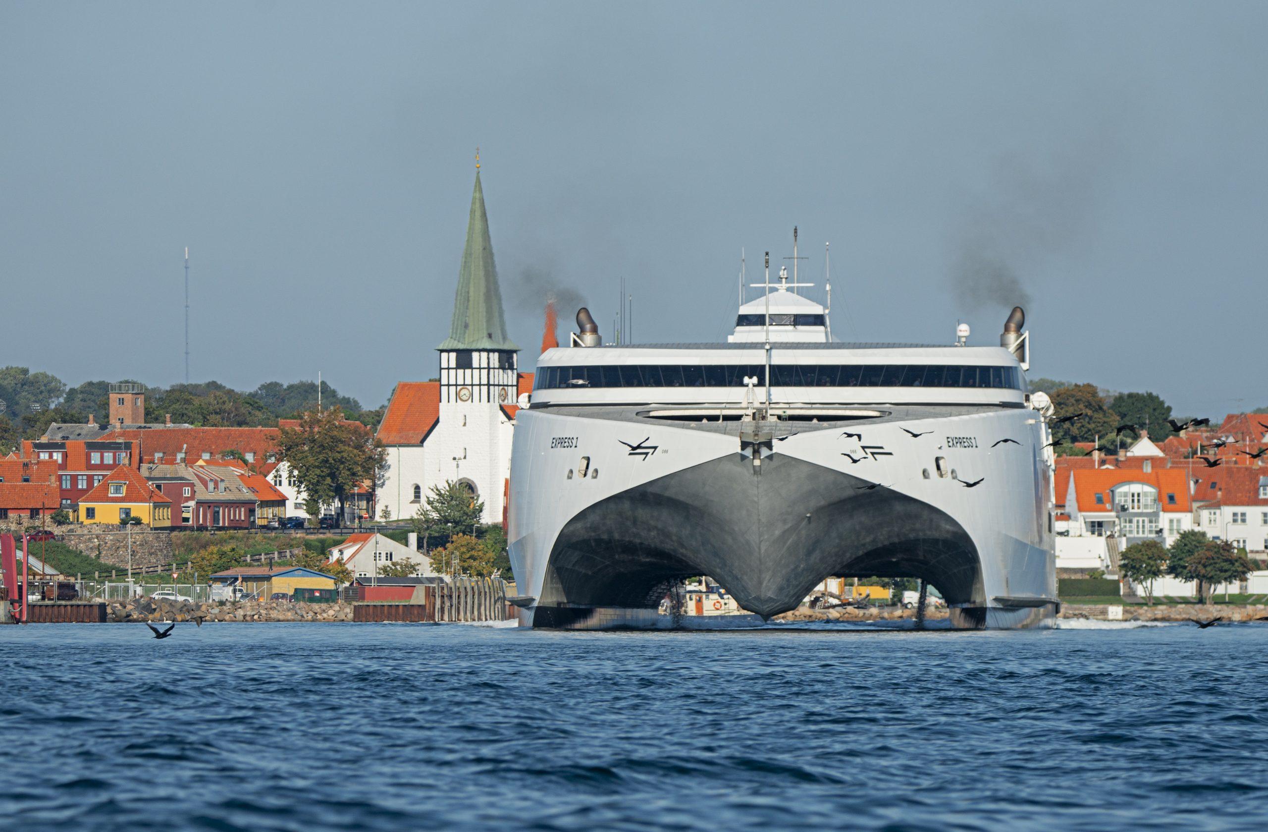 Danske turister til Bornholm afbestiller bookingerne, når usikkerheden om svenske krav bliver for stor eller besværet for overvældende, siger HORESTA. Her er katamaran fra Bornholmslinjen i Rønne. Presse: Bornholmslinjen.