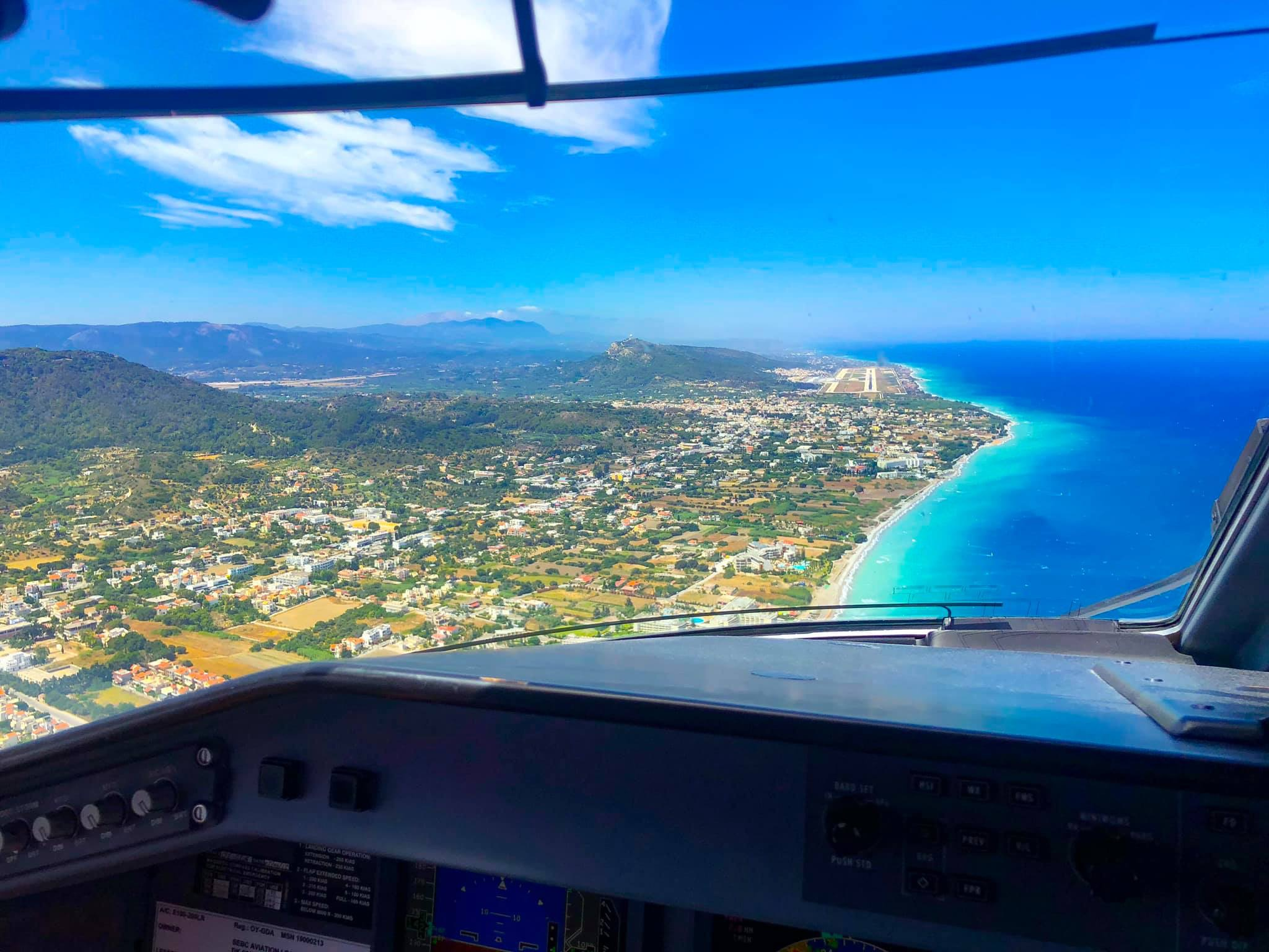 Indflyvningen til en sydeuropæisk destination set fra cockpittet på et fly fra Great Dane Airlines. PR-foto.